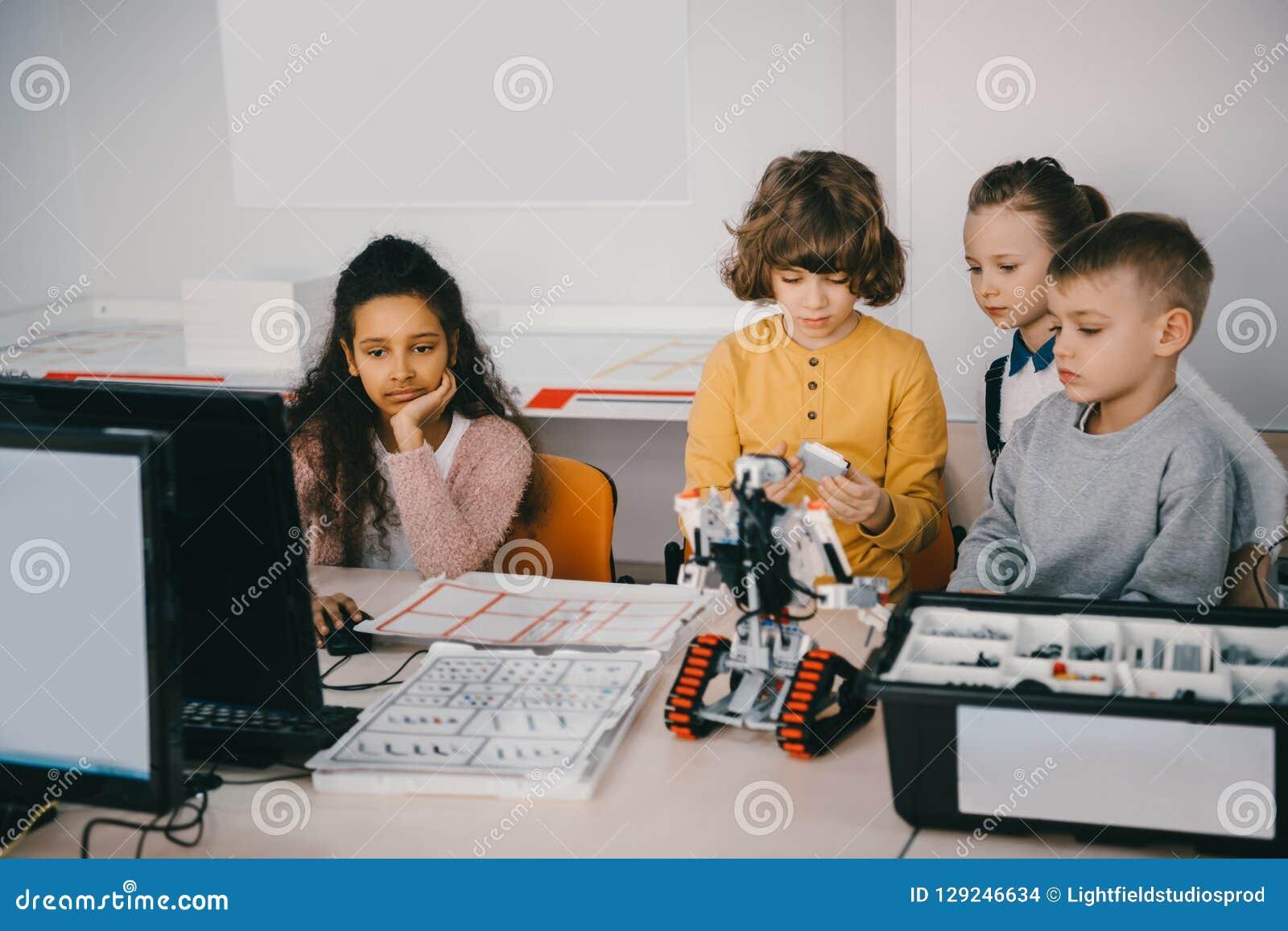 Enfants de l adolescence focalisés construisant le robot diy