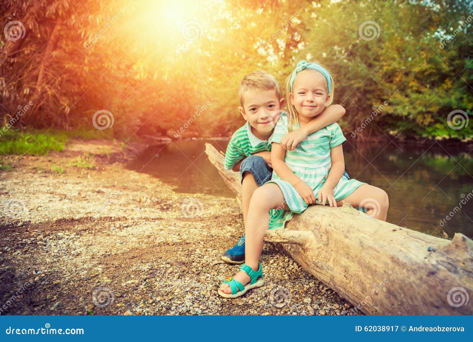 Enfants de mêmes parents adorables posant pour un portrait