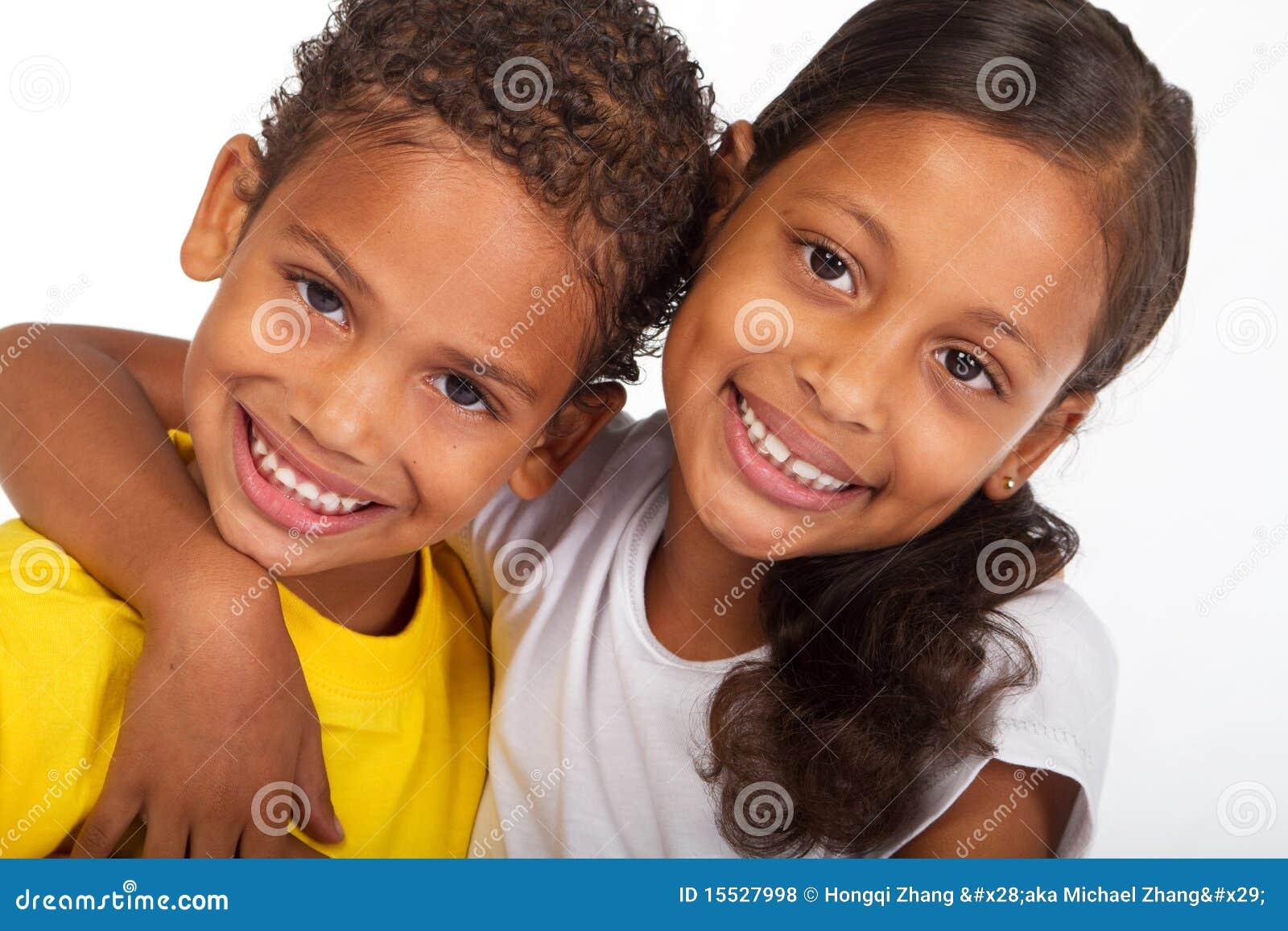 Enfants de mêmes parents heureux