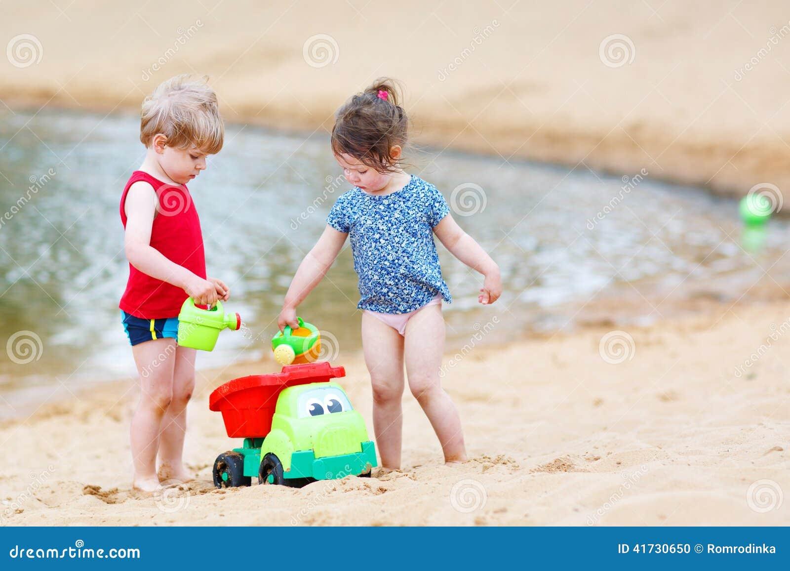 Enfants de mêmes parents heureux : garçon et fille jouant ensemble en été