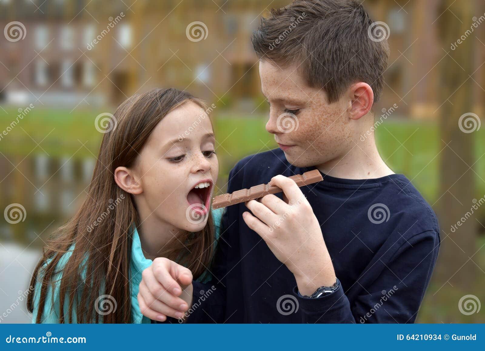 Enfants de mêmes parents mangeant du chocolat