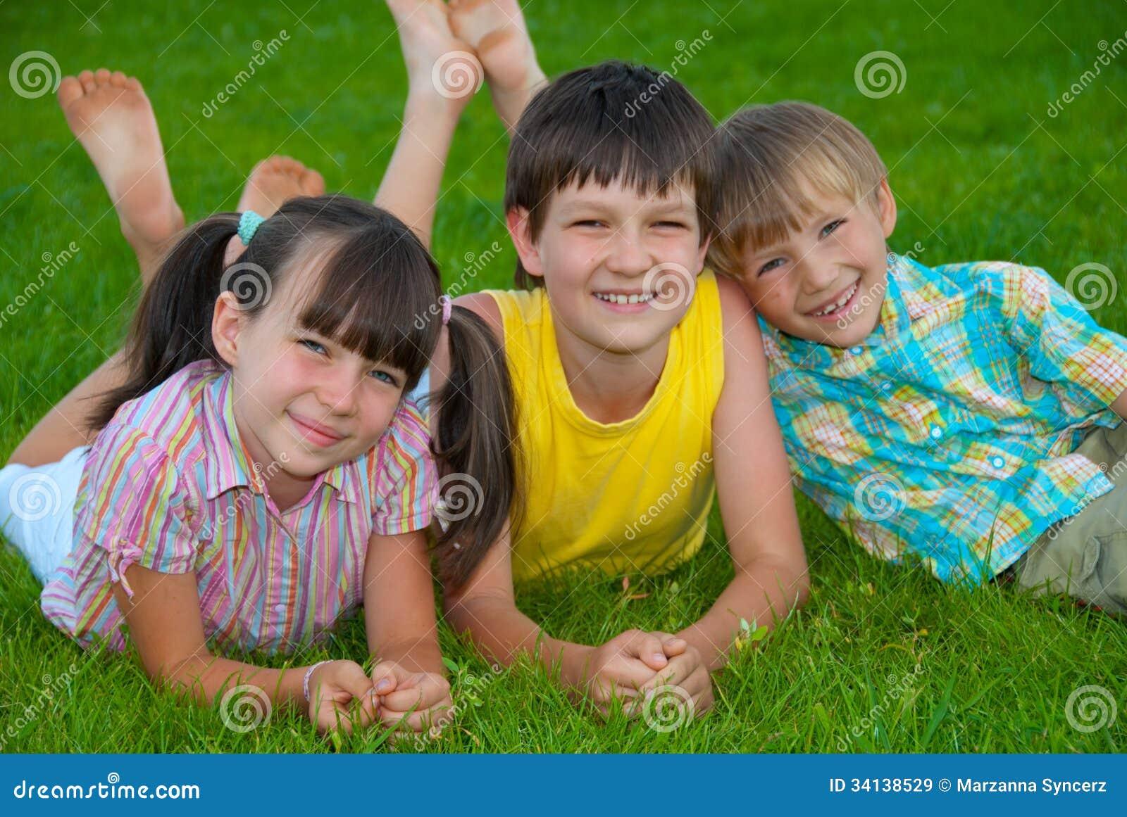 Enfants de mêmes parents sur l herbe
