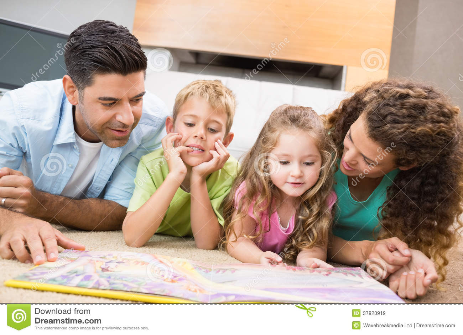 enfants de m mes parents mignons se trouvant sur livre de contes de lecture de couverture avec. Black Bedroom Furniture Sets. Home Design Ideas