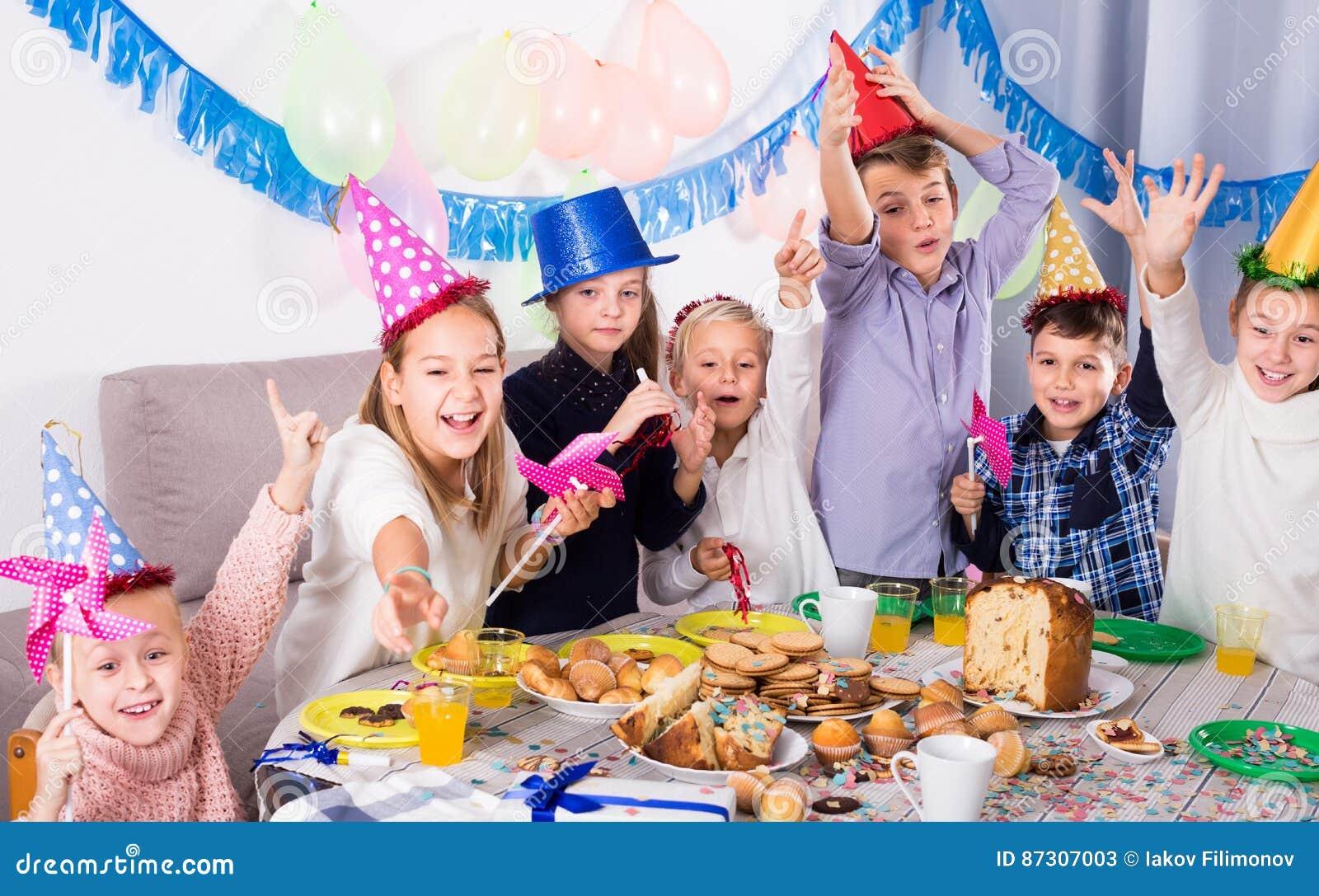Enfants de noceurs profitant d un agréable moment à une fête d anniversaire
