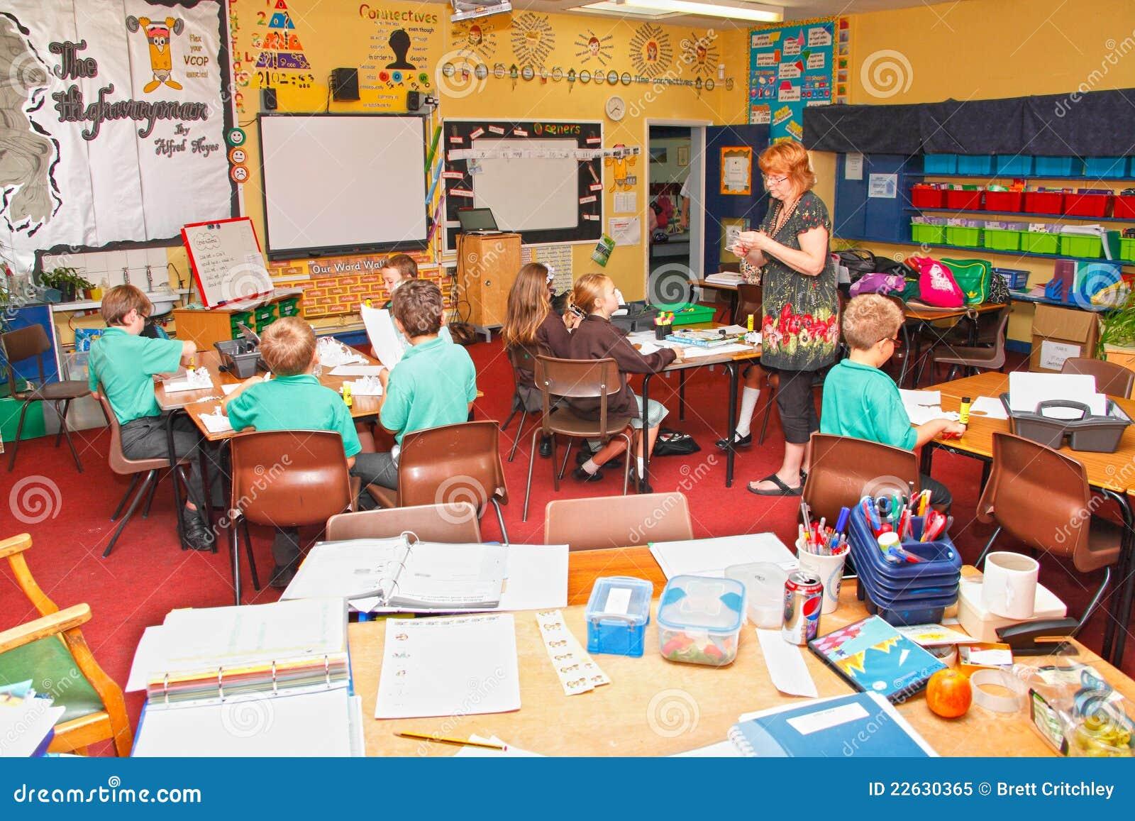 Enfants de professeur de salle de classe d école