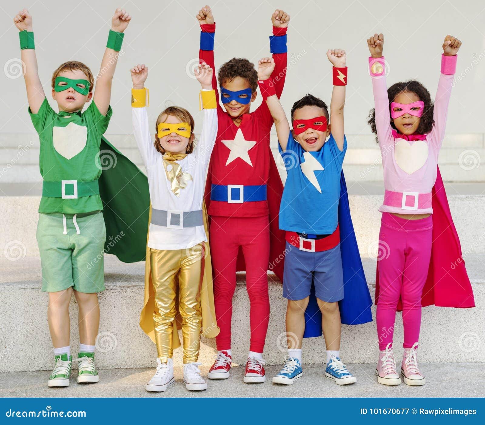 Enfants de super héros avec le concept des superpuissances