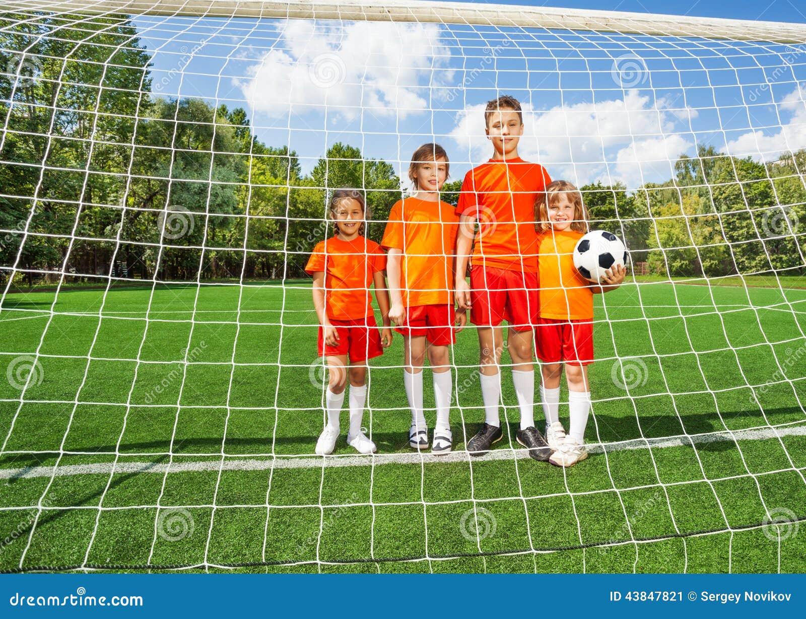 Enfants de support différent de taille avec le football