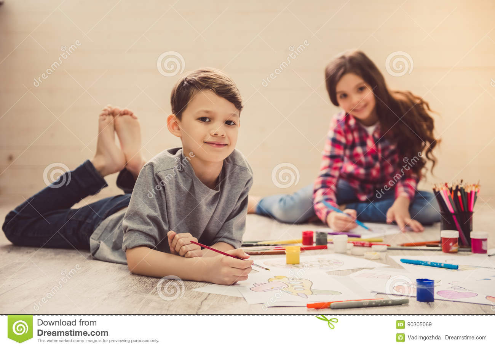 Enfants dessinant à la maison