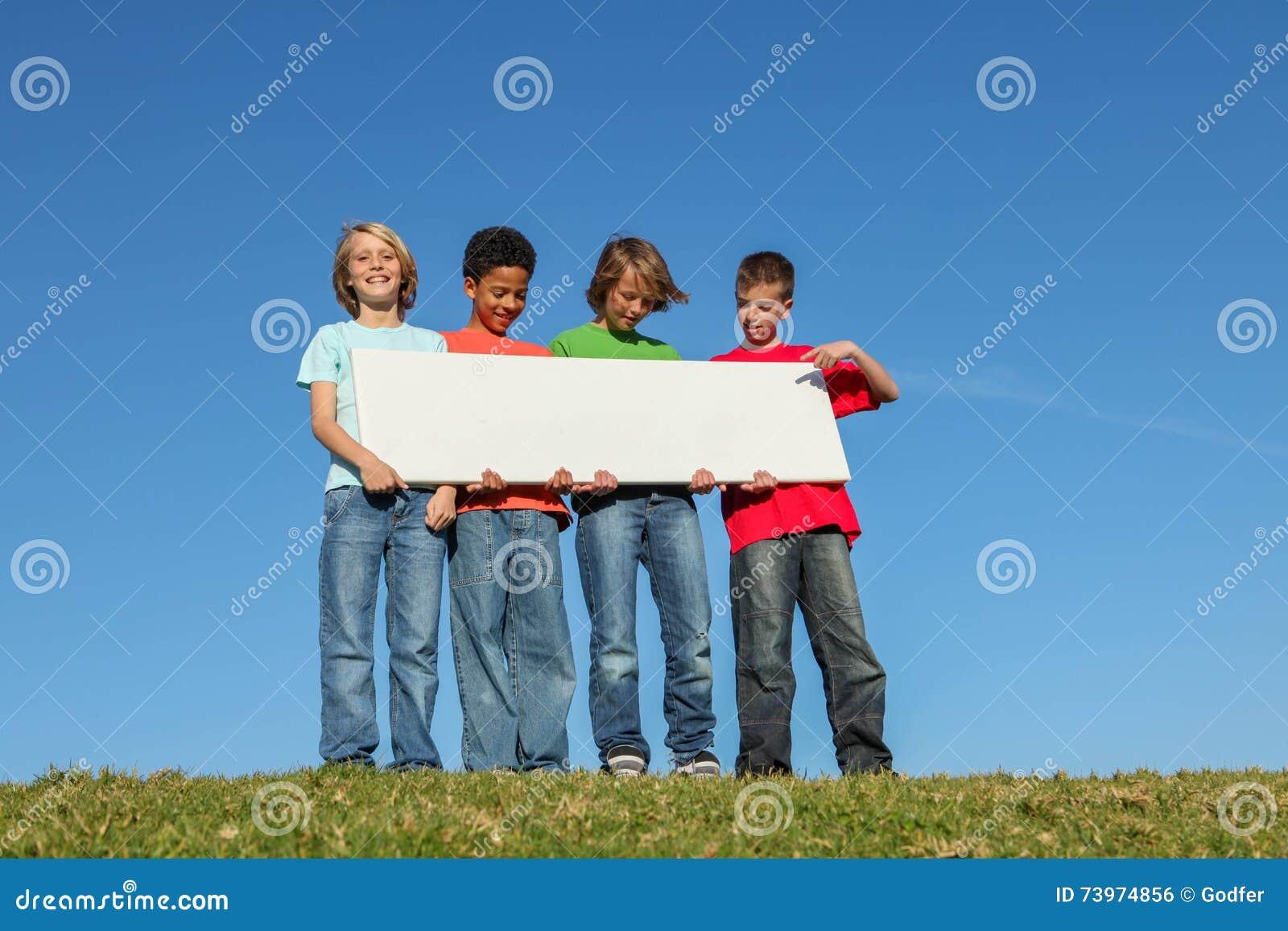 Enfants divers tenant le signe vide