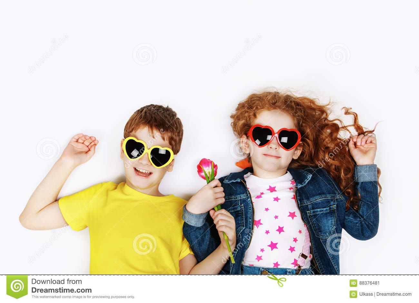 c70405a9ca7df2 Enfants Drôles Dans Des Lunettes De Soleil Une Forme De Coeur Image ...