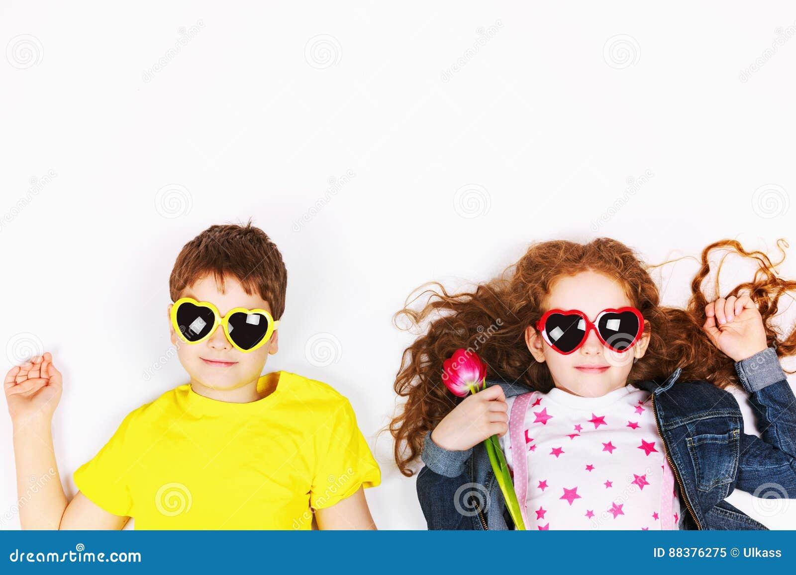 29d3bac8e482e3 Enfants drôles dans des lunettes de soleil une forme de coeur, tulipes de  prise et