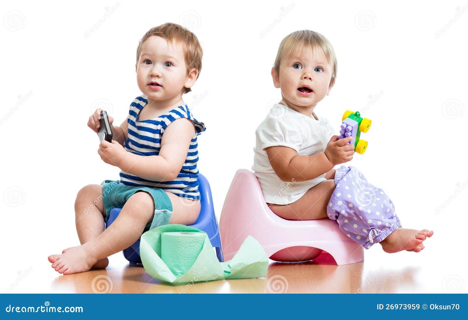 Enfants en bas âge de chéris sur le bac et le jeu de chambre