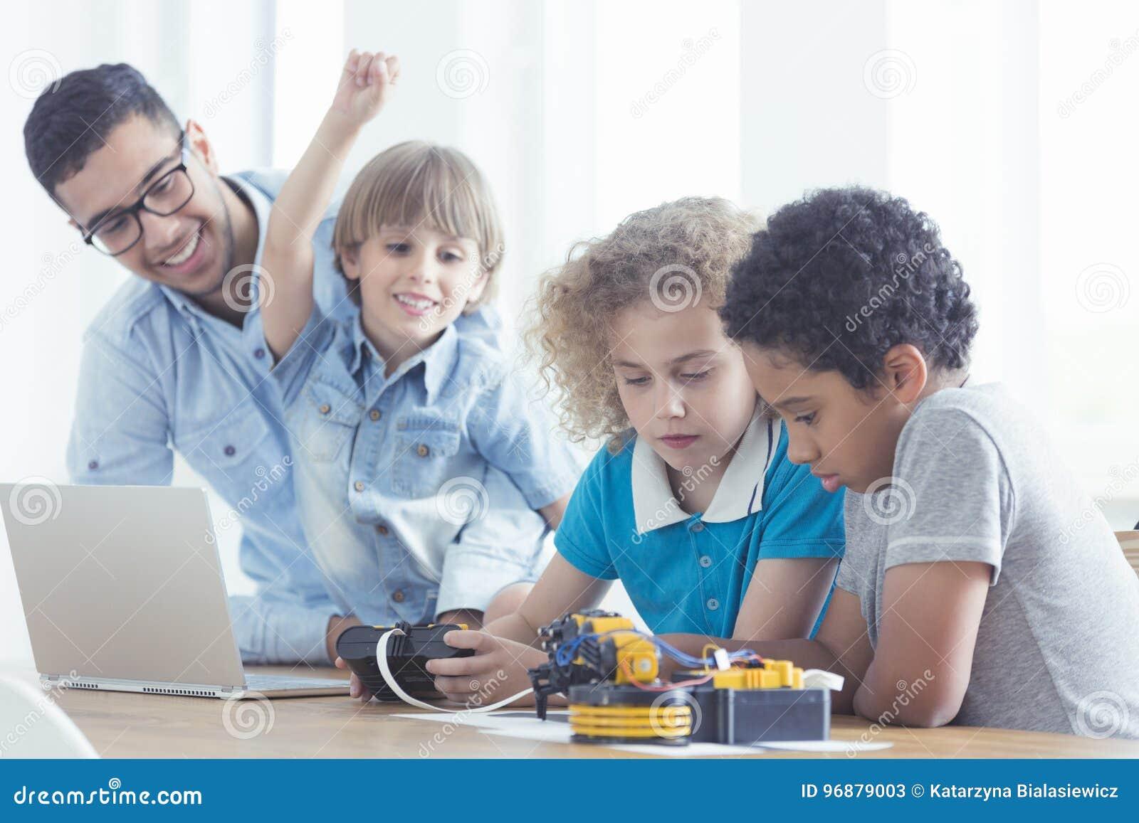 Enfants et professeur pendant les classes
