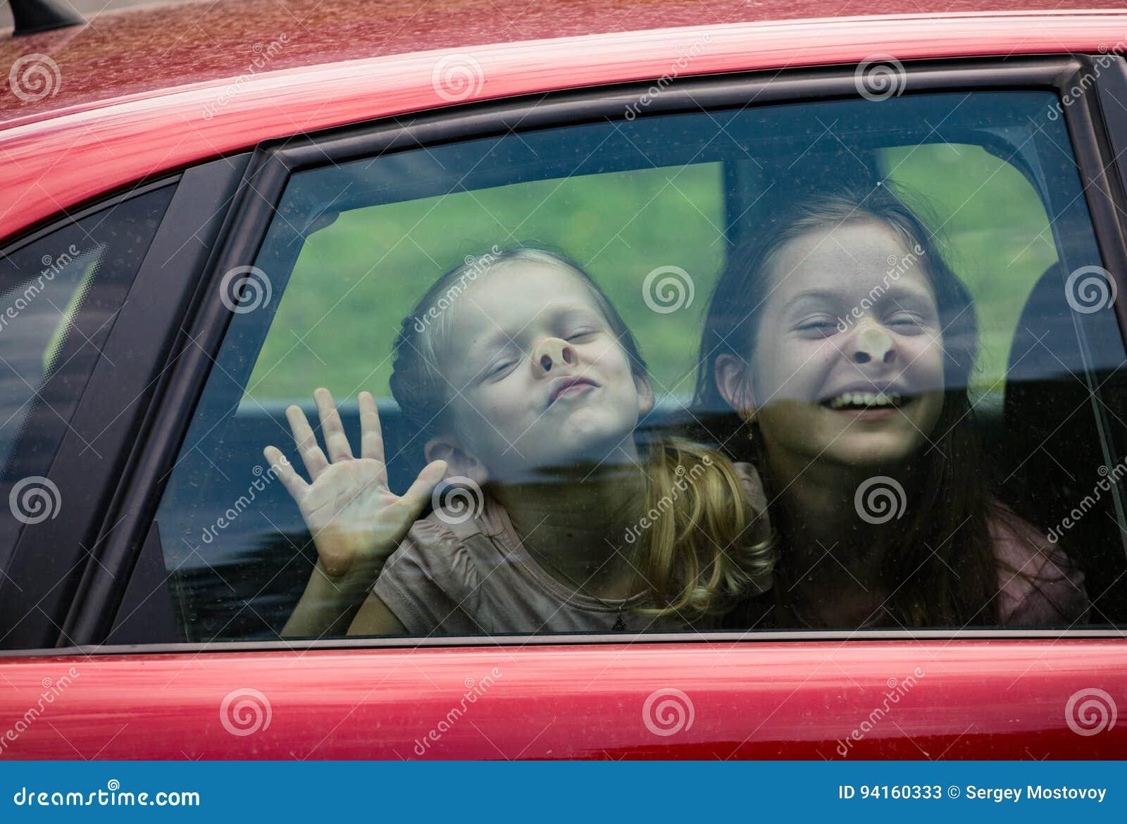 Enfants faisant les visages drôles