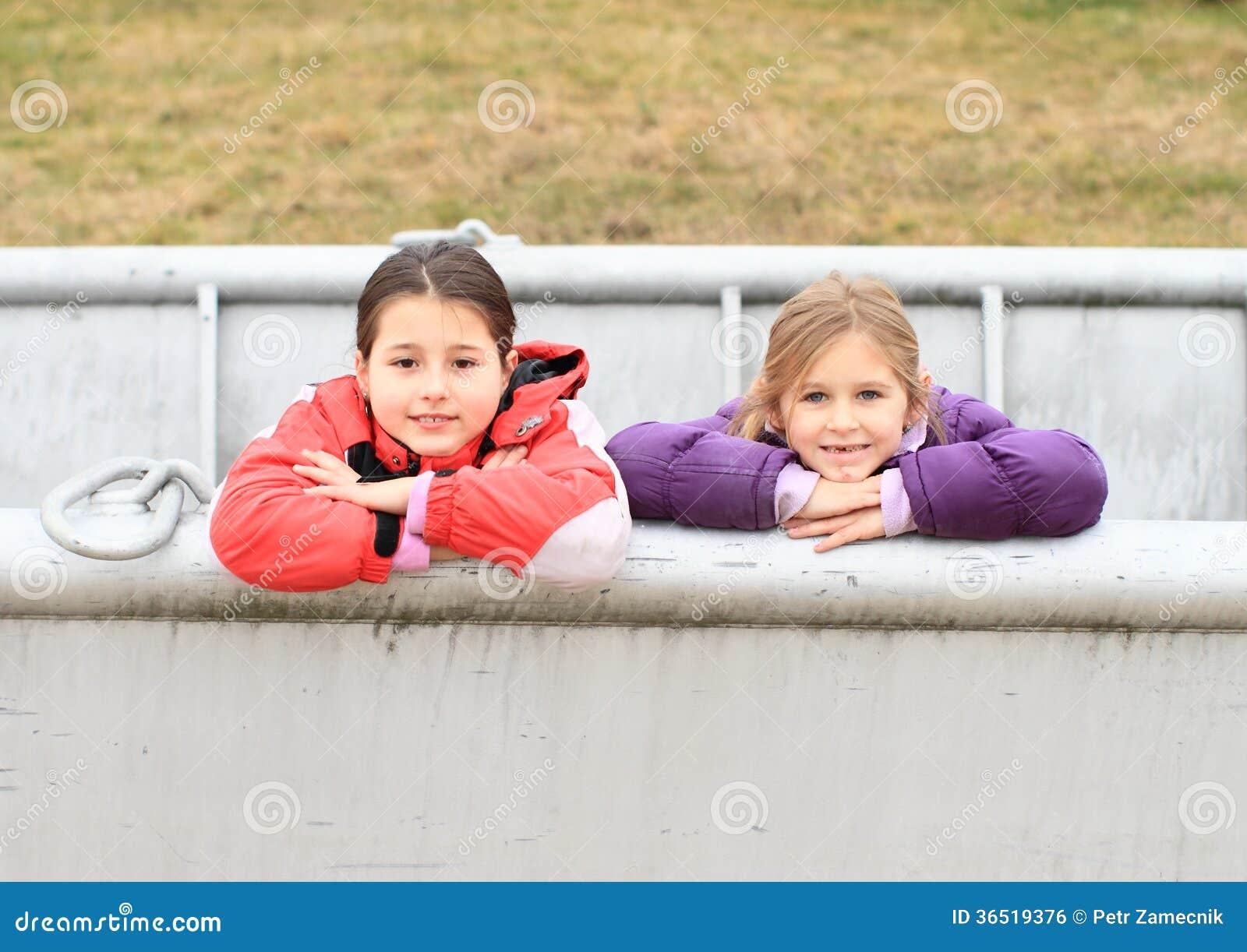 Enfants - filles se penchant sur le bateau