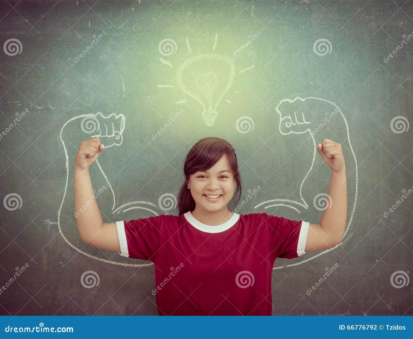 Enfants forts asiatiques contre le tableau noir dans la salle de classe, éducation