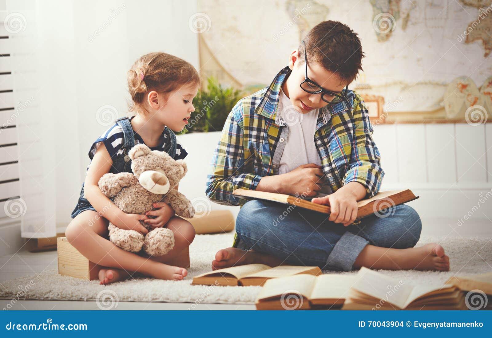 Enfants frère et soeur, garçon et fille lisant un livre