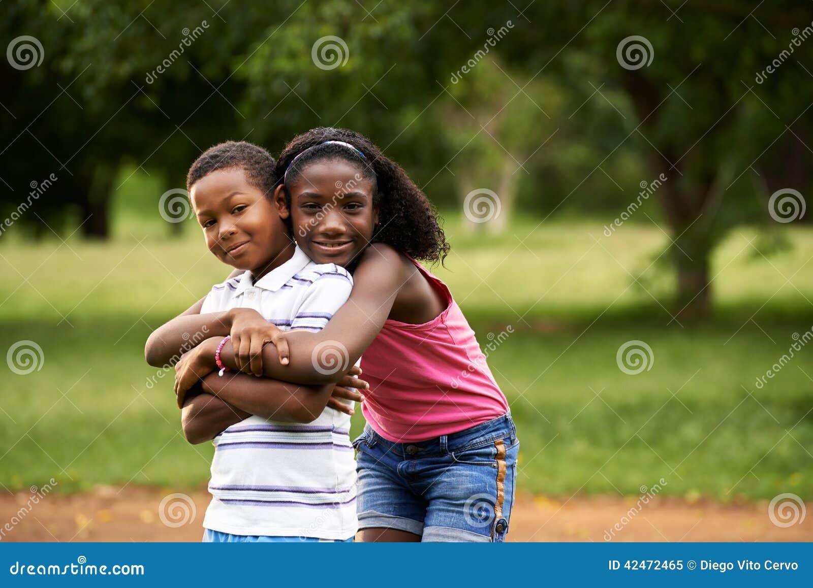 Enfants garçon et fille africains dans étreindre d amour