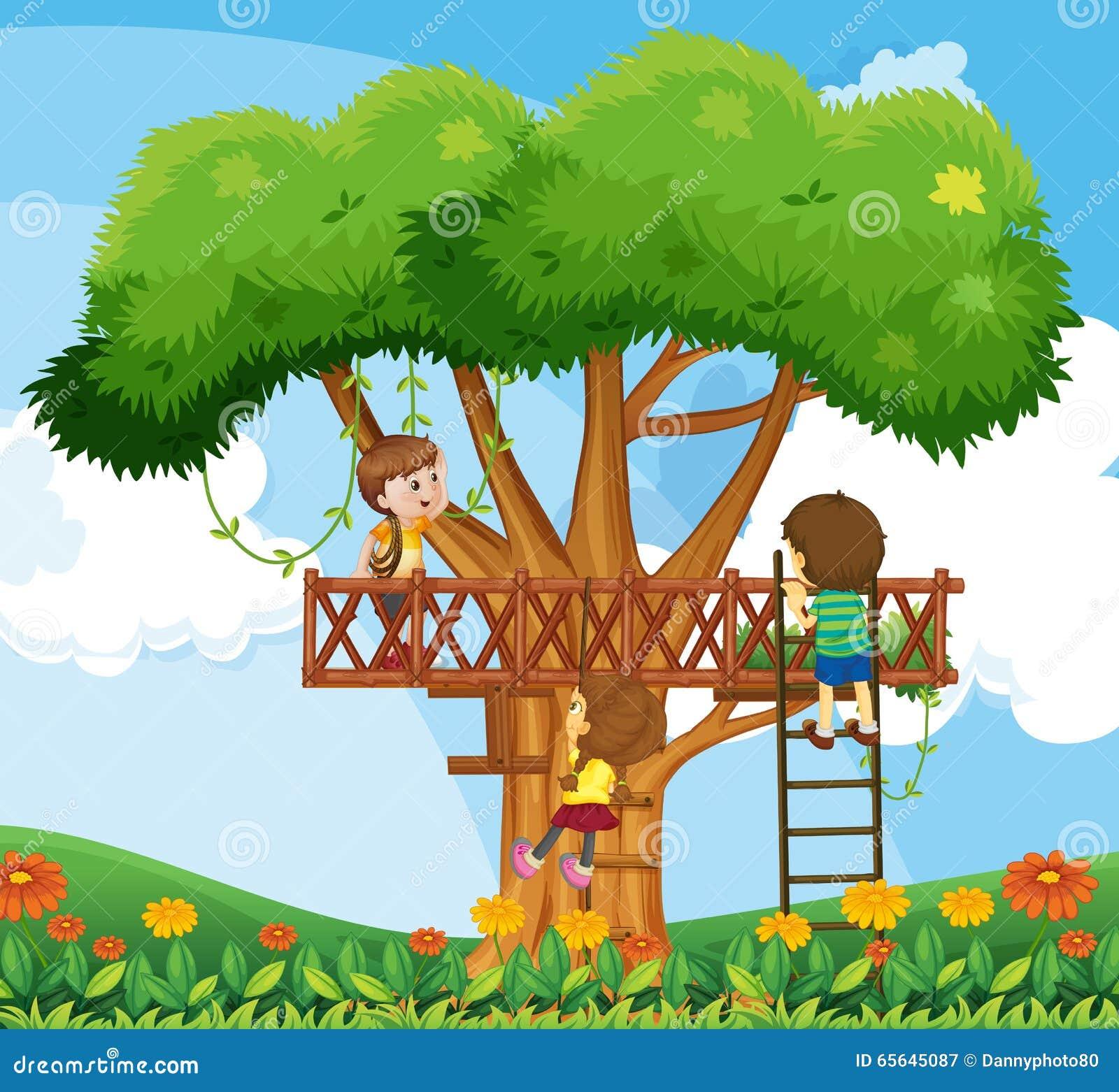Enfants grimpant à l arbre dans le jardin