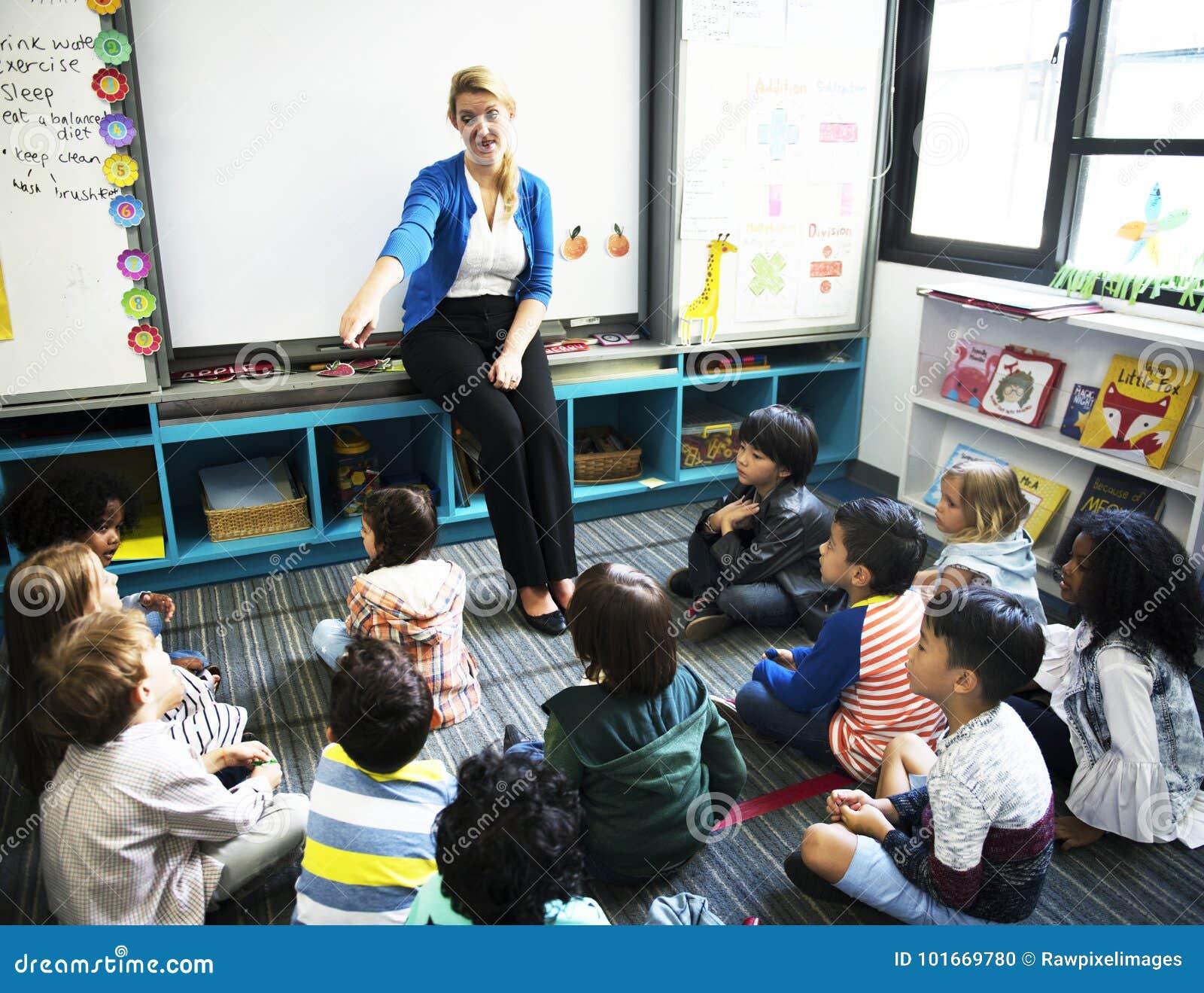 Enfants heureux à l école primaire
