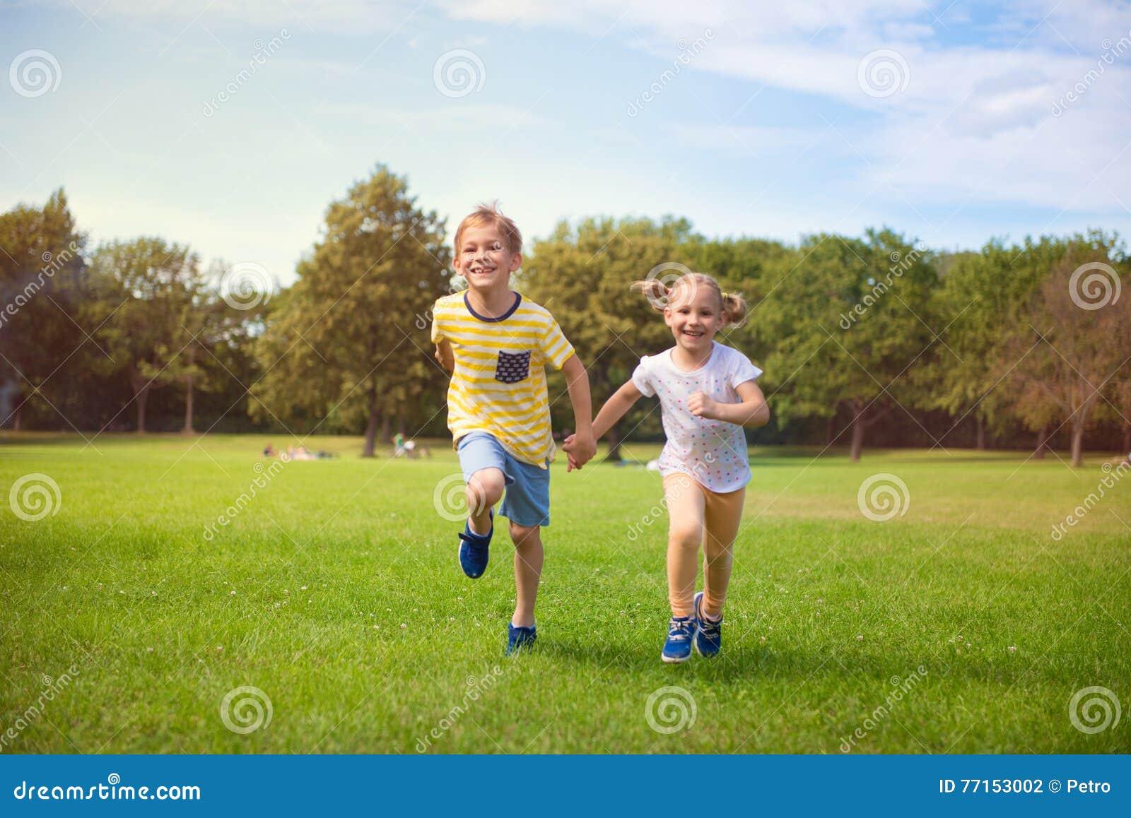 Enfants heureux courant en parc