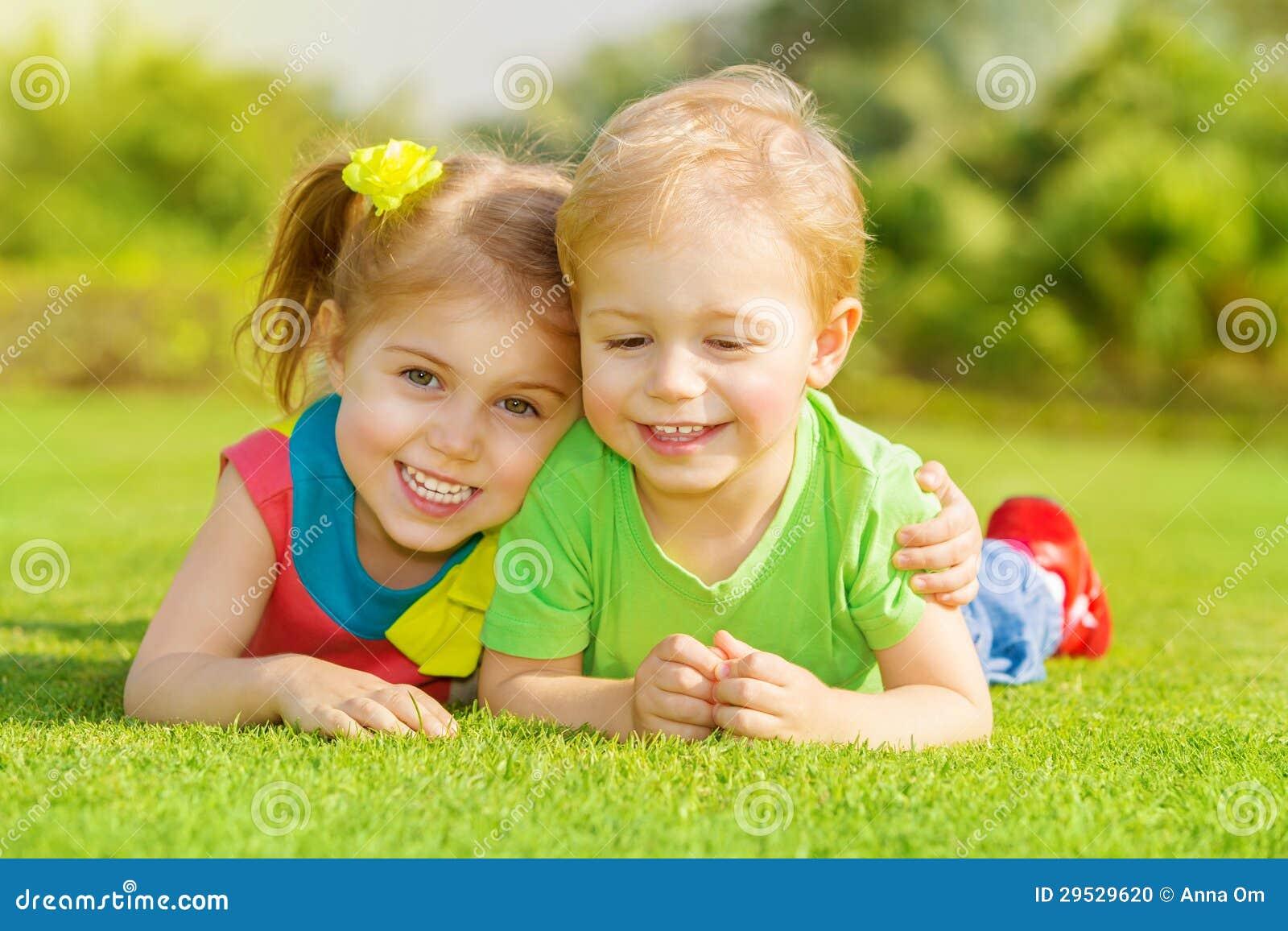 Enfants heureux en stationnement