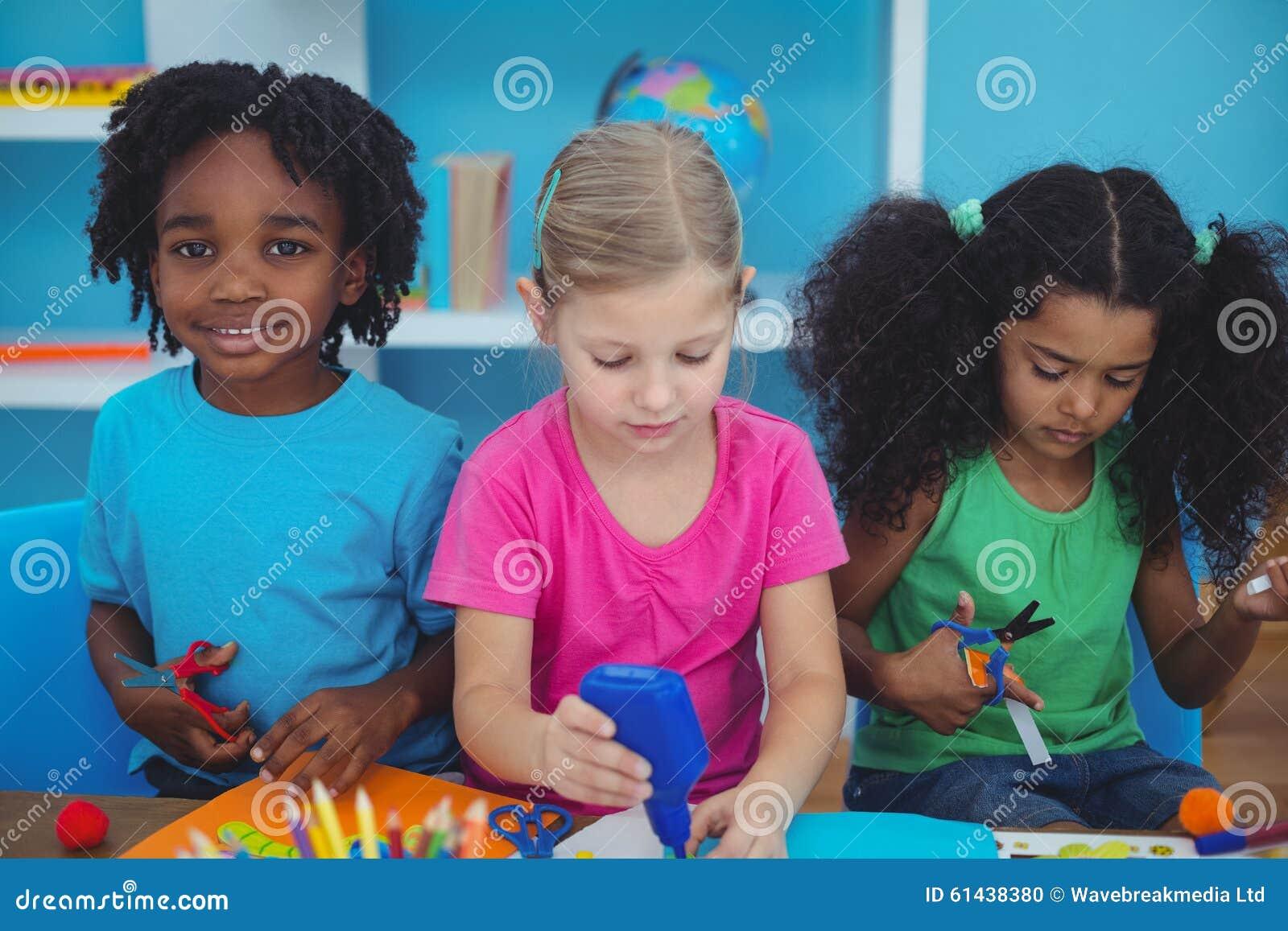Enfants heureux faisant des arts et des métiers ensemble