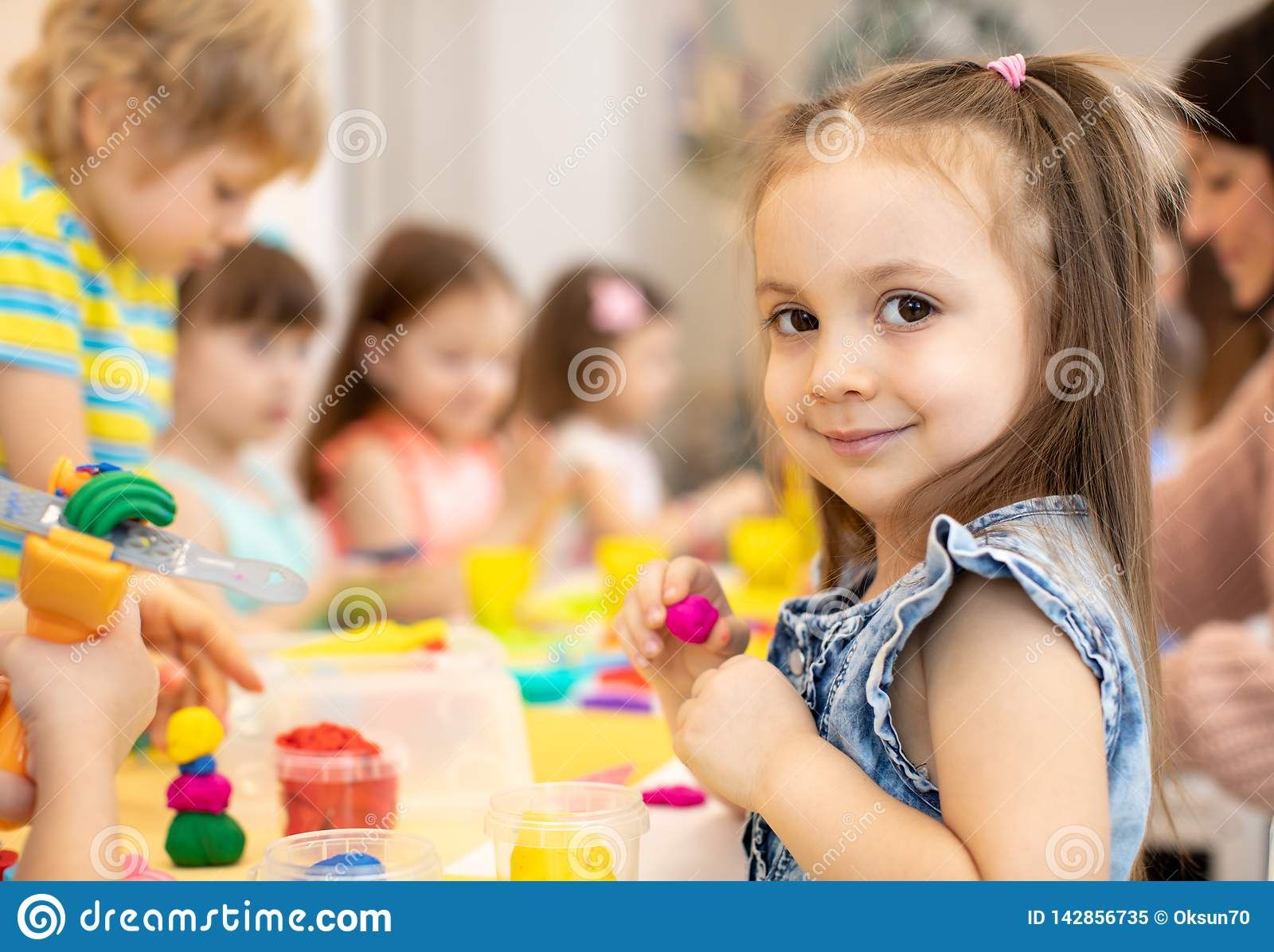 Enfants heureux faisant des arts et des métiers au centre de soins de jour
