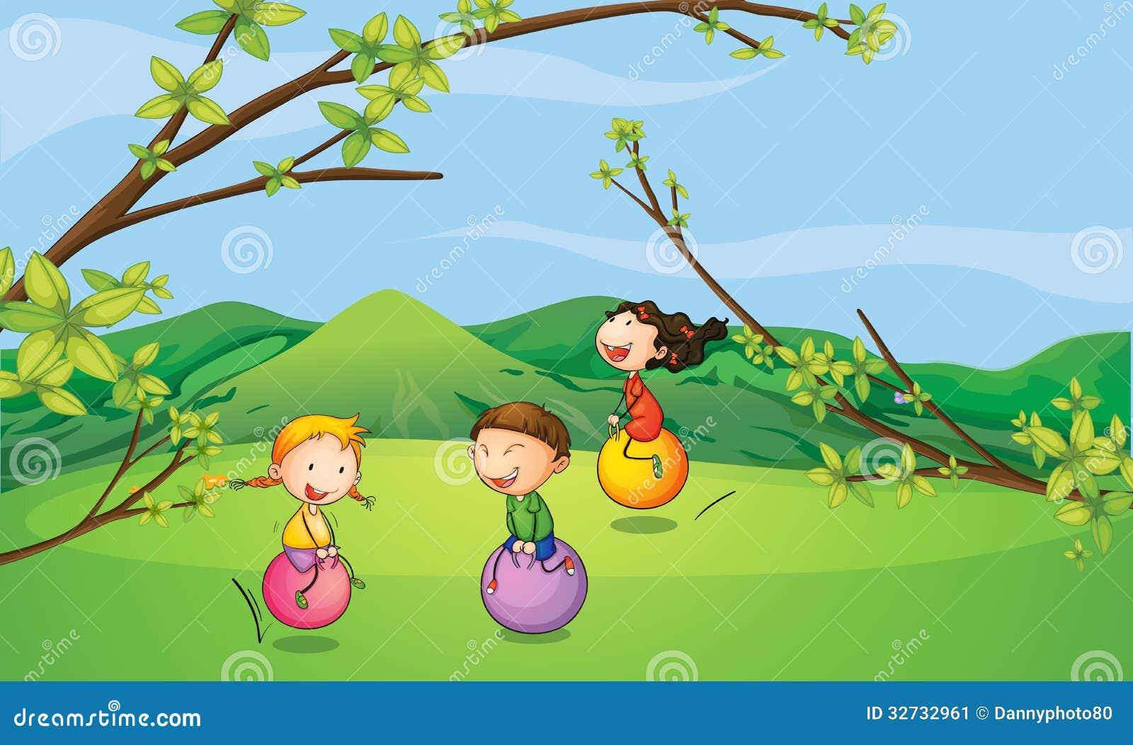 Enfants heureux jouant avec les boules de rebondissement