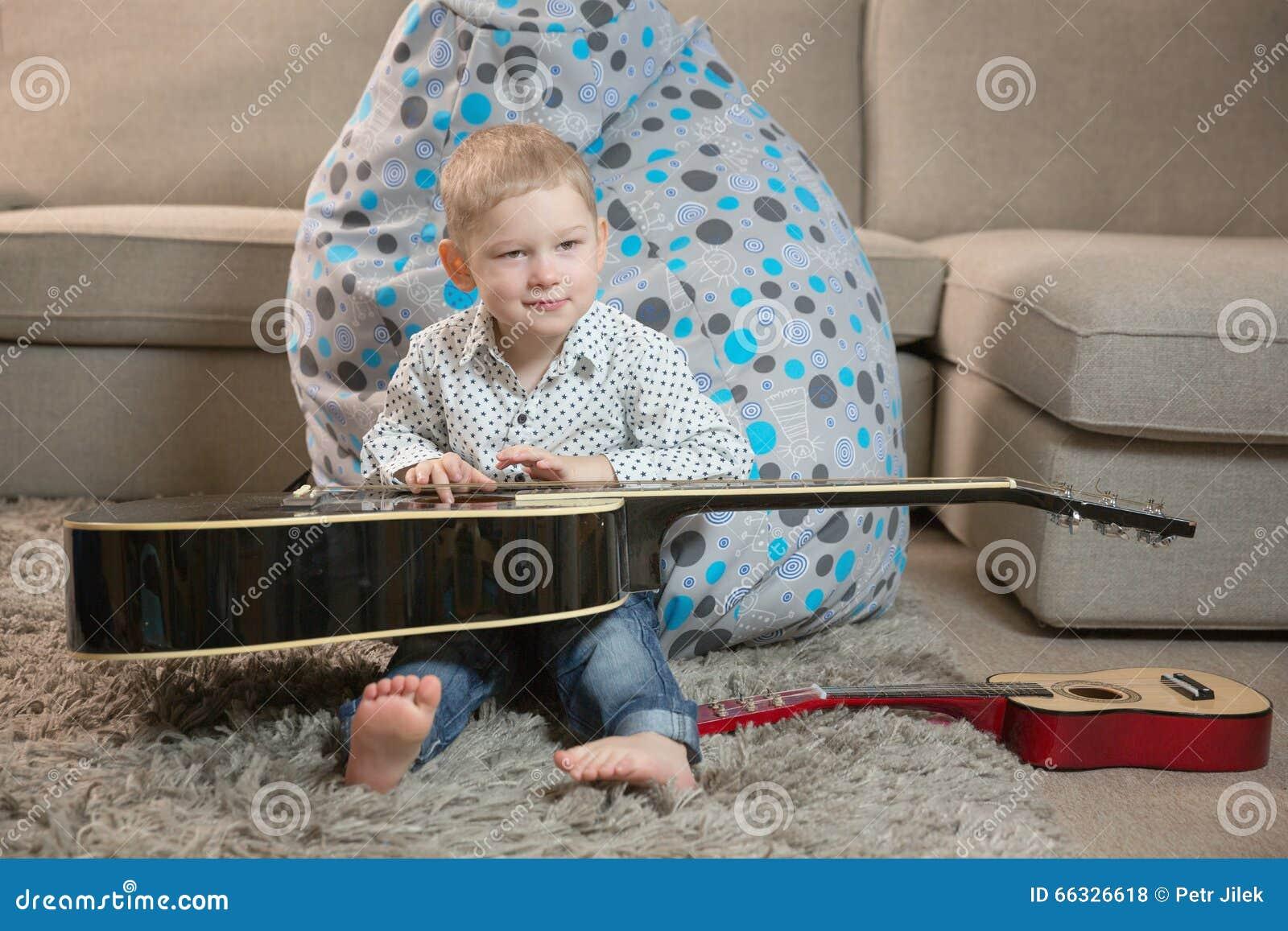 Enfants heureux jouant la guitare