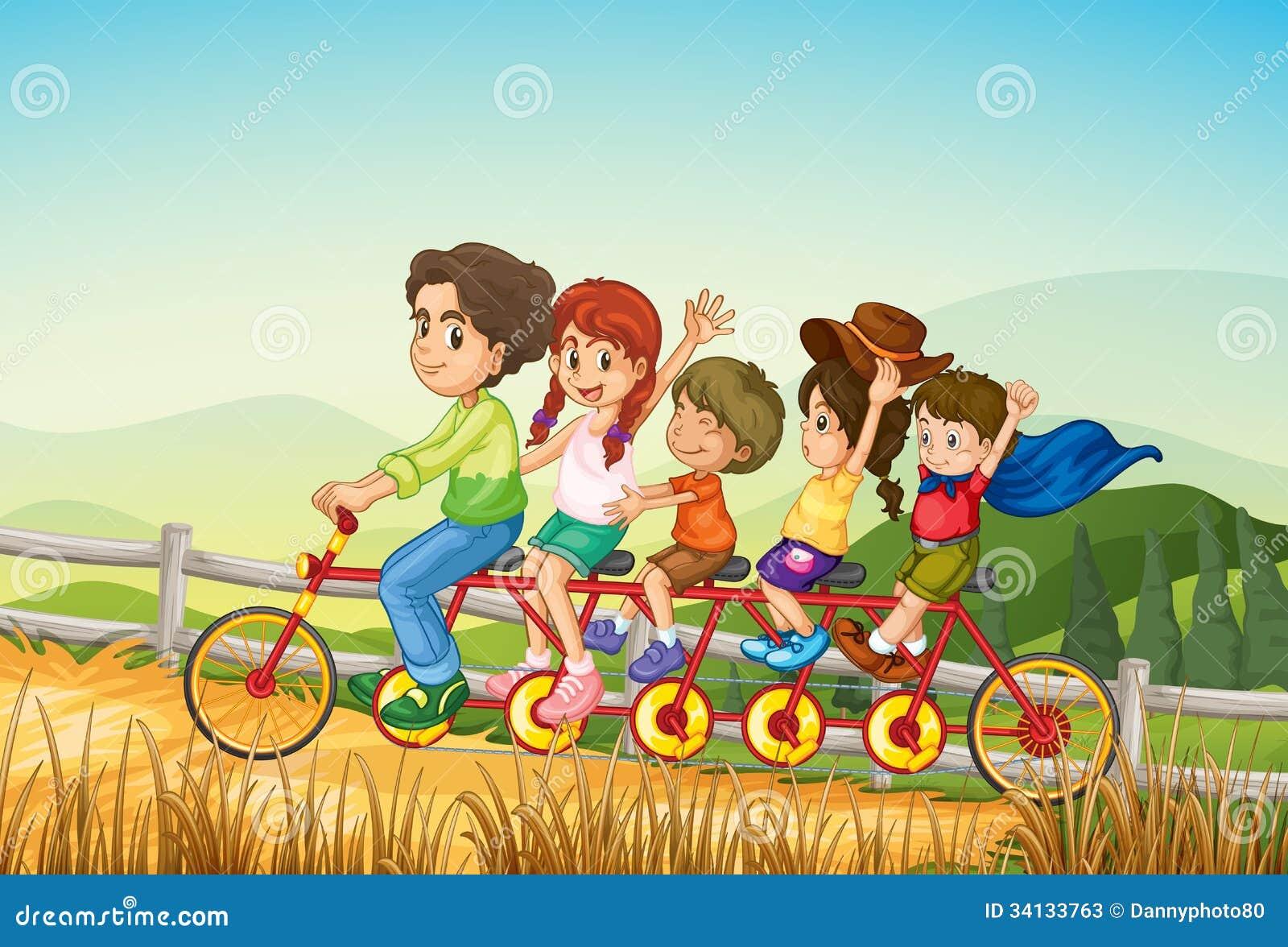 Enfants heureux montant la bicyclette à la ferme
