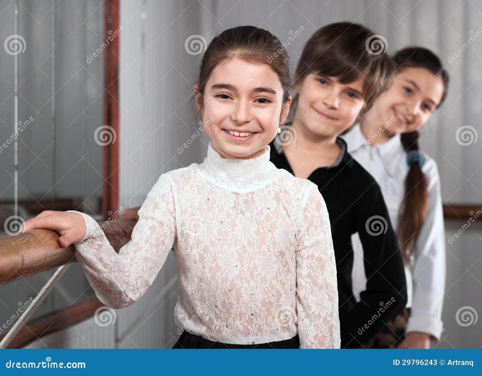 Enfants restant près d un barre de ballet