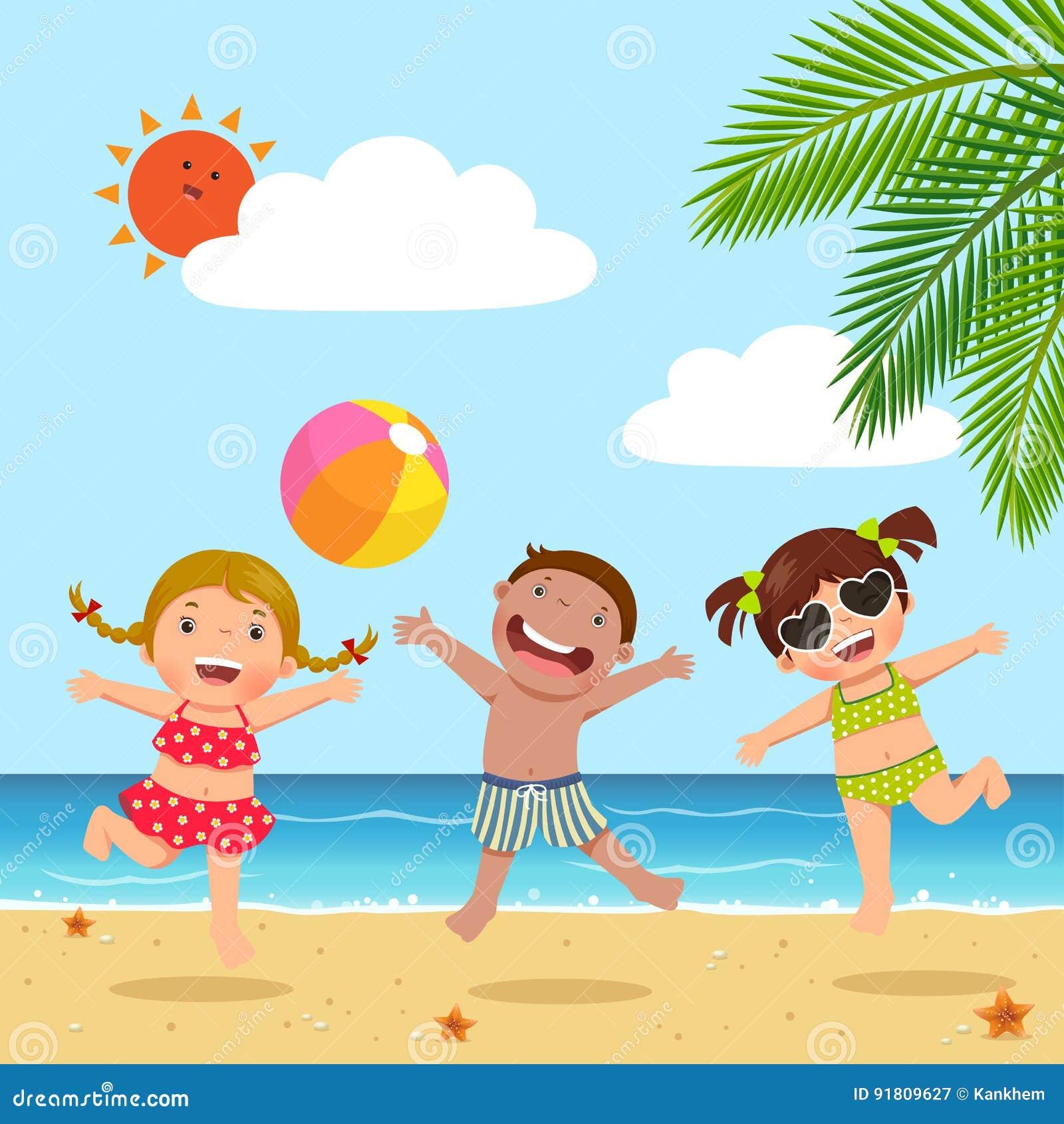 Enfants heureux sautant sur la plage