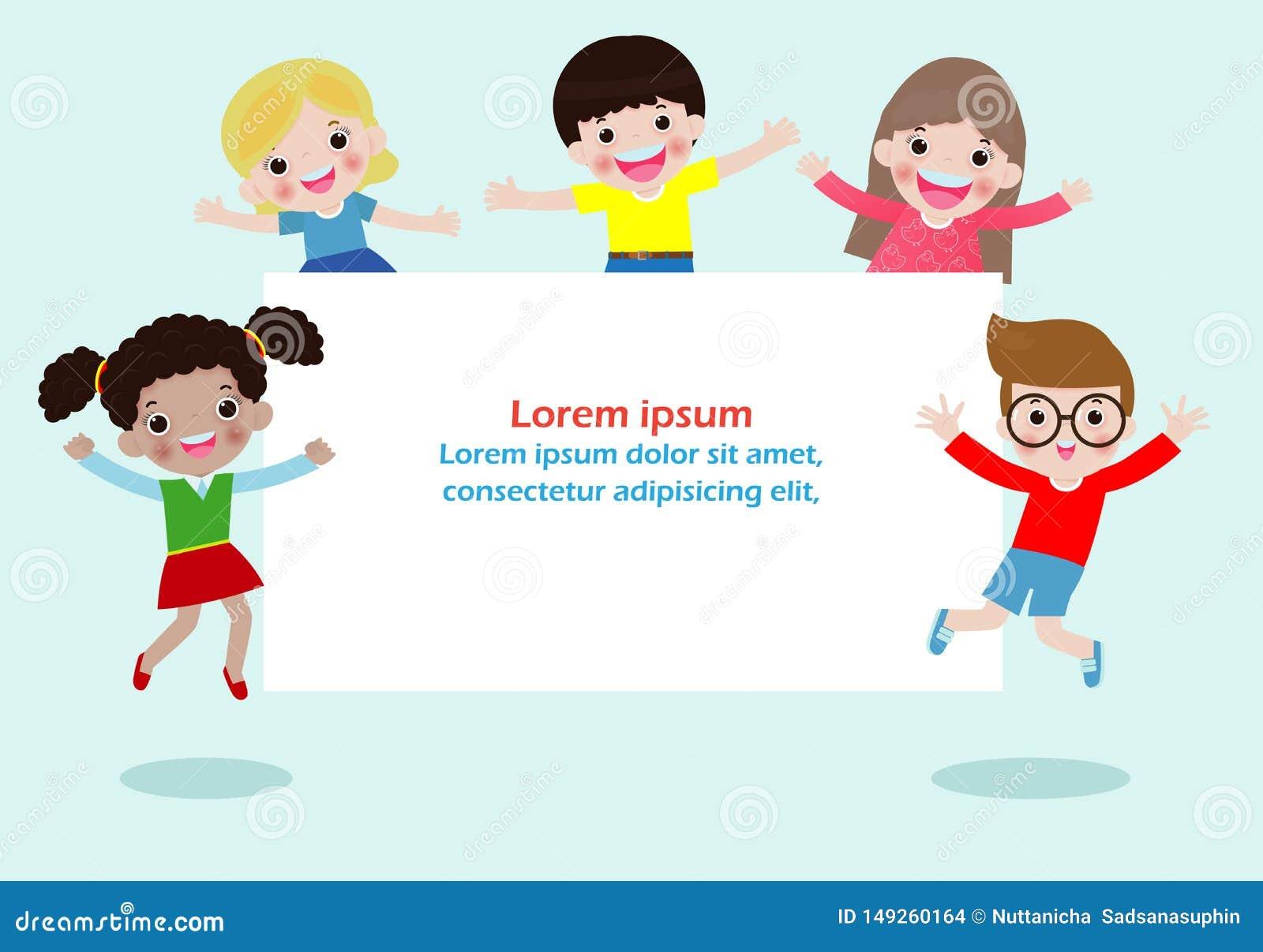 Enfants heureux tenant l affiche vide de signes Descripteur pour la brochure de publicit? Pr?parez pour votre message L espace po