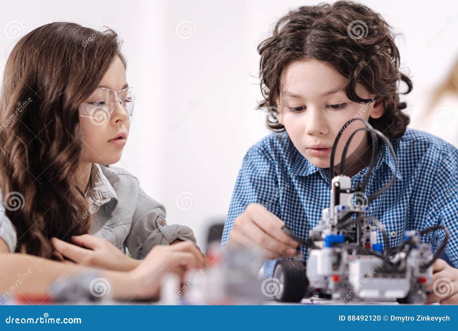 Enfants ingénieux créant le robot à l école