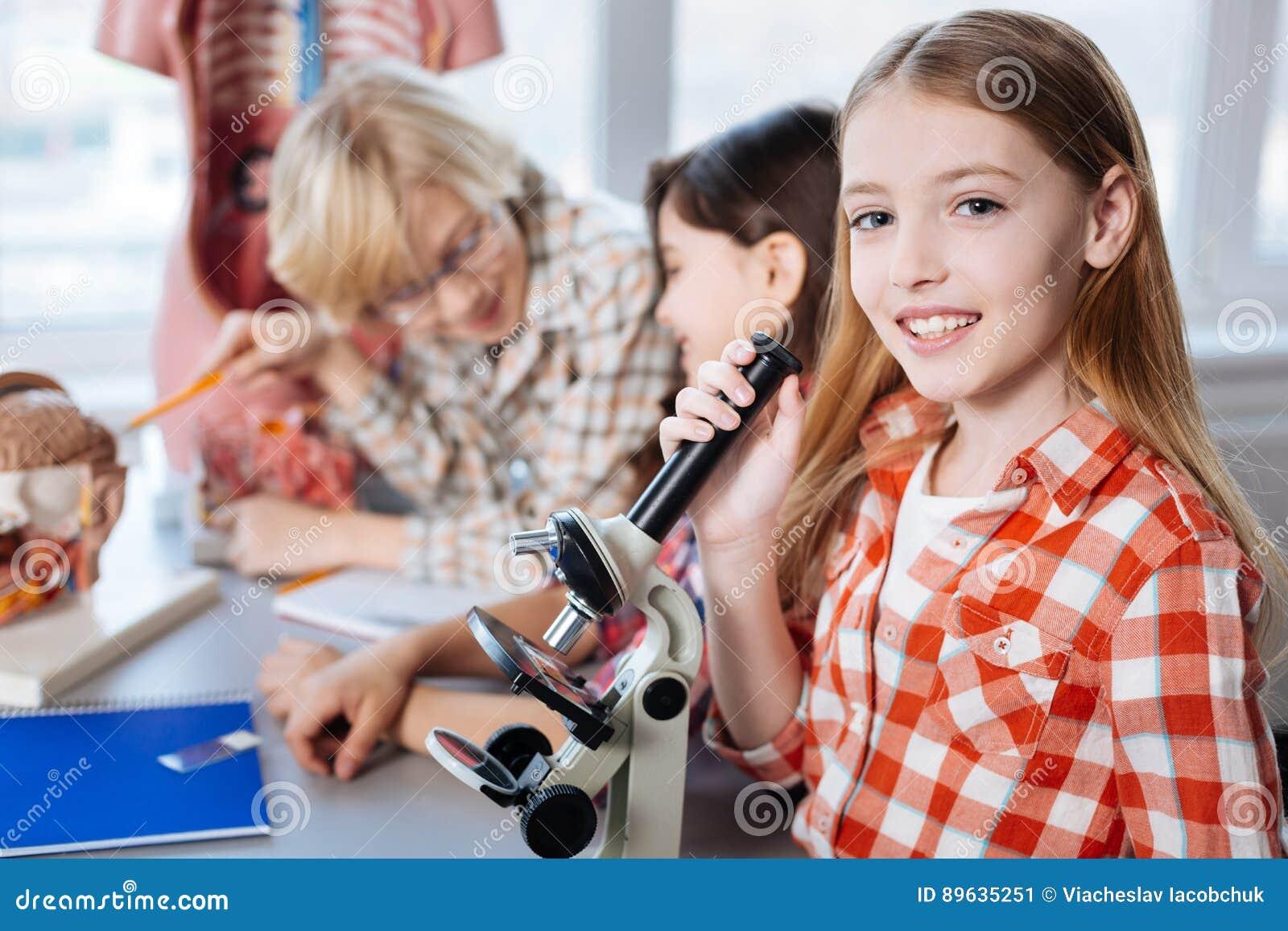 Enfants intelligents extraordinaires faisant la science