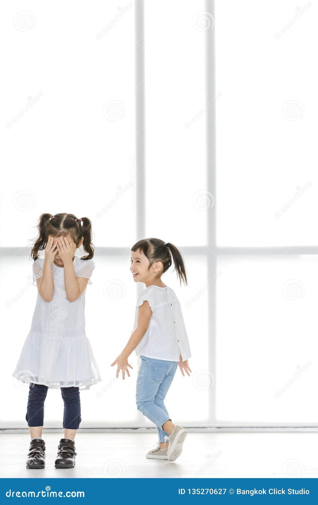 Enfants intimidant à l ami