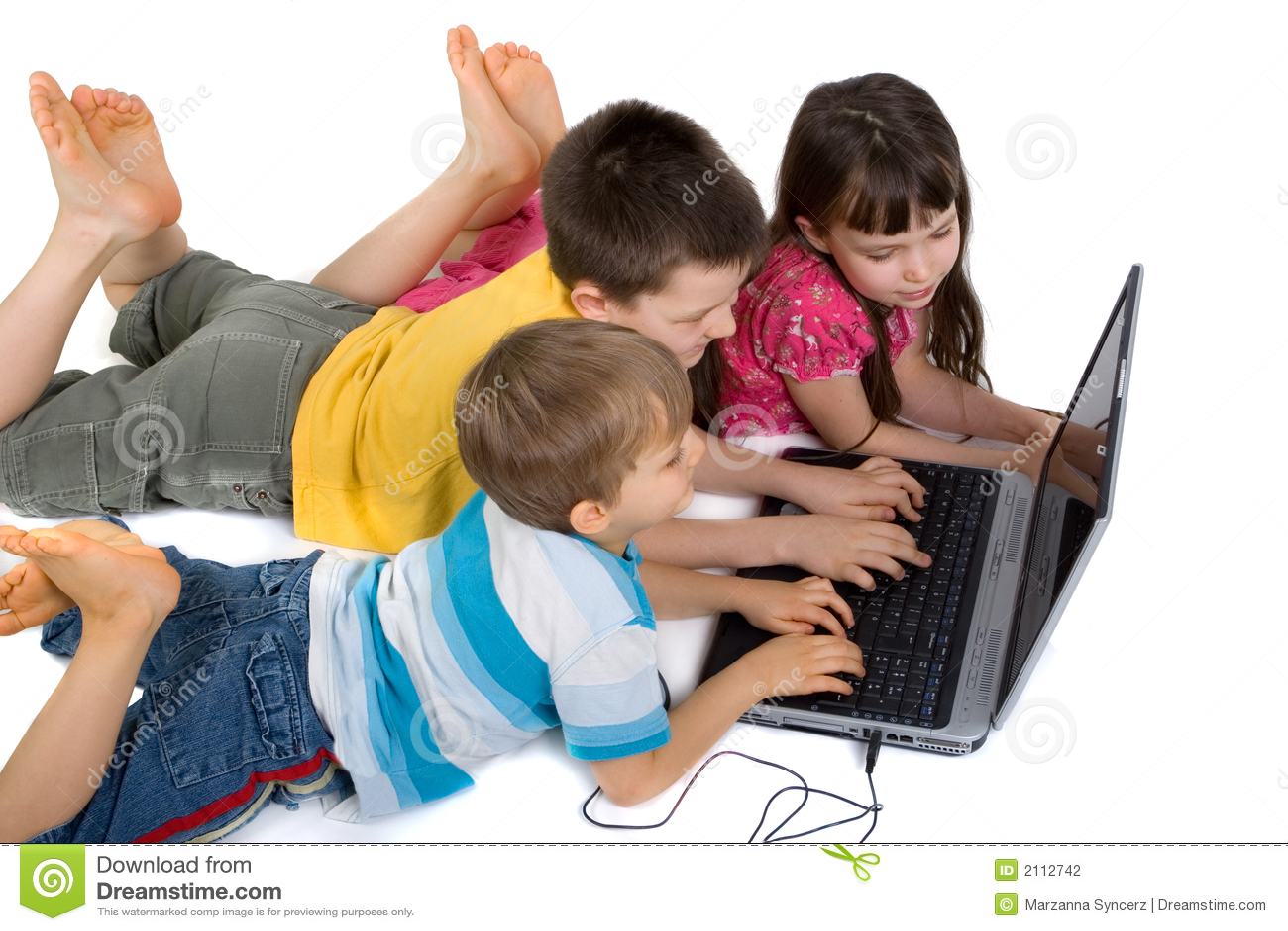 enfants jouant l ordinateur portable. Black Bedroom Furniture Sets. Home Design Ideas