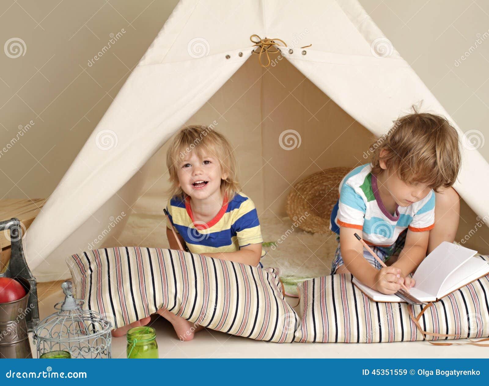 Enfants jouant à la maison à l intérieur avec une tente de tipi