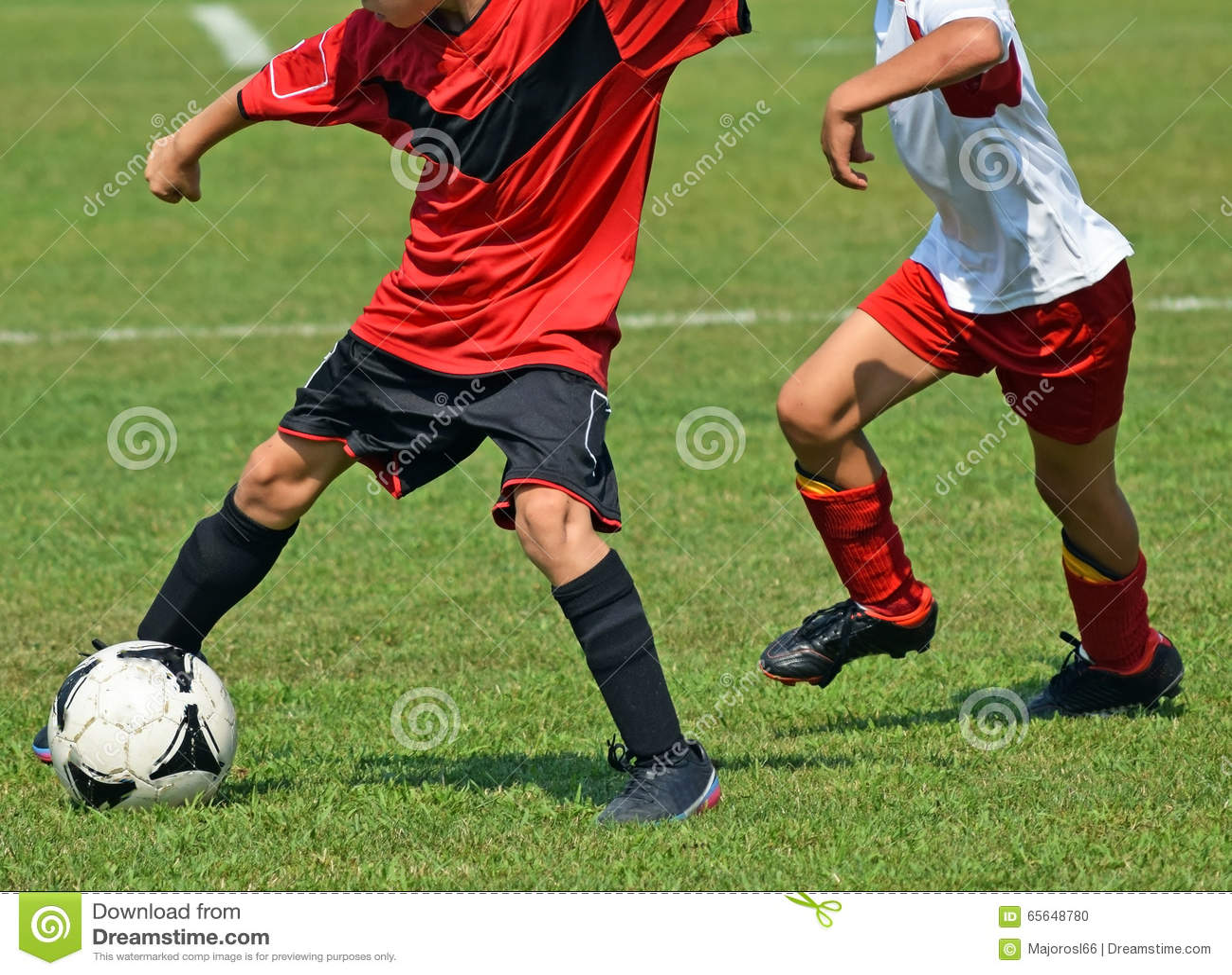 Enfants jouant au football