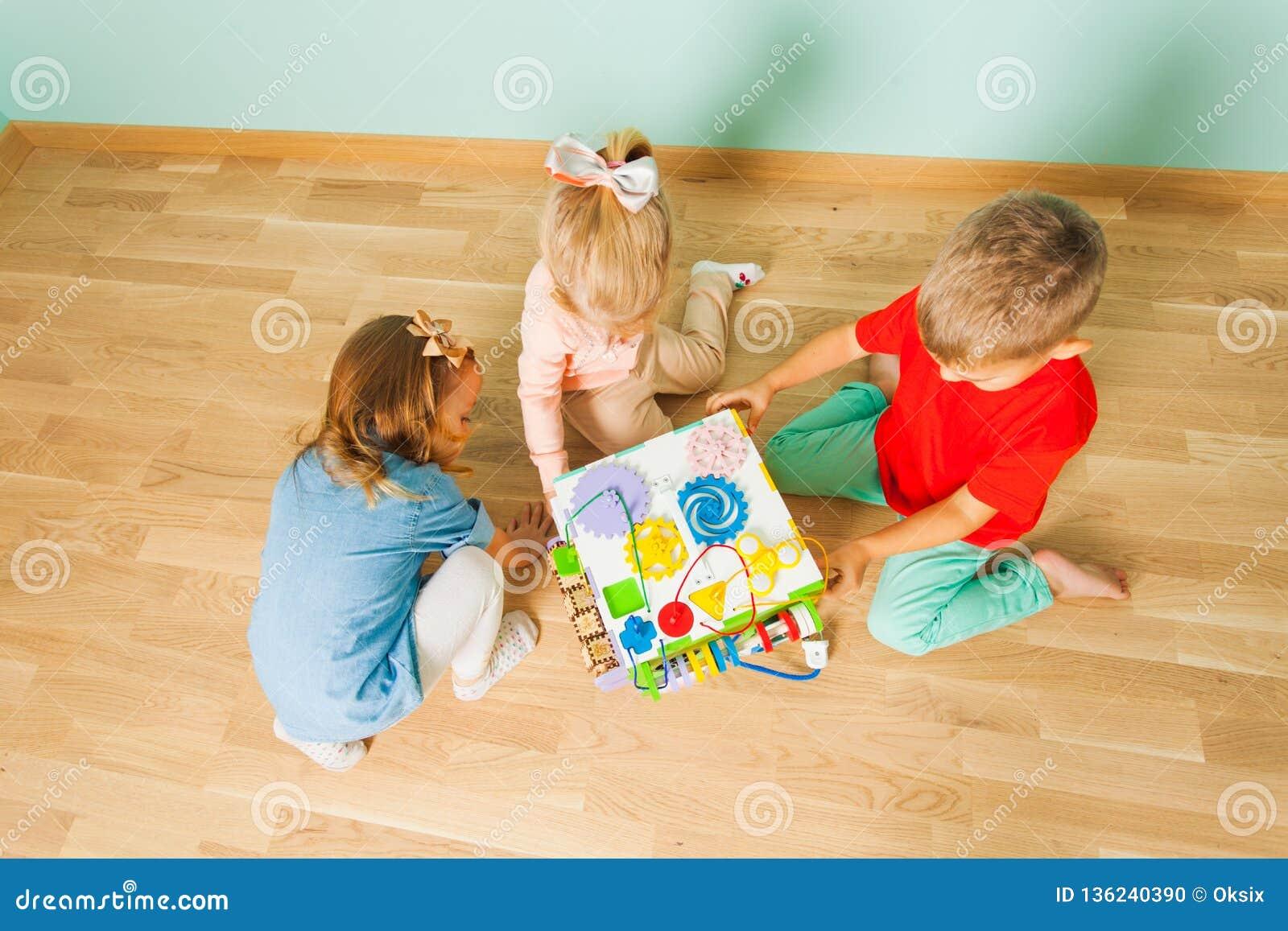 Enfants jouant aux soins de jour Vue supérieure