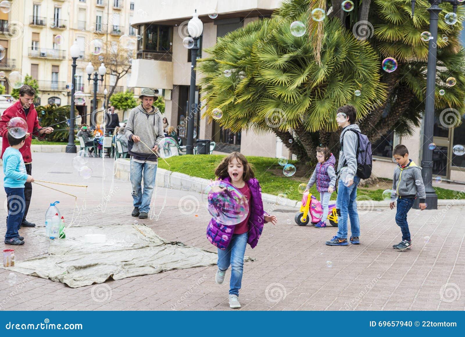 Enfants jouant avec des bulles de savon