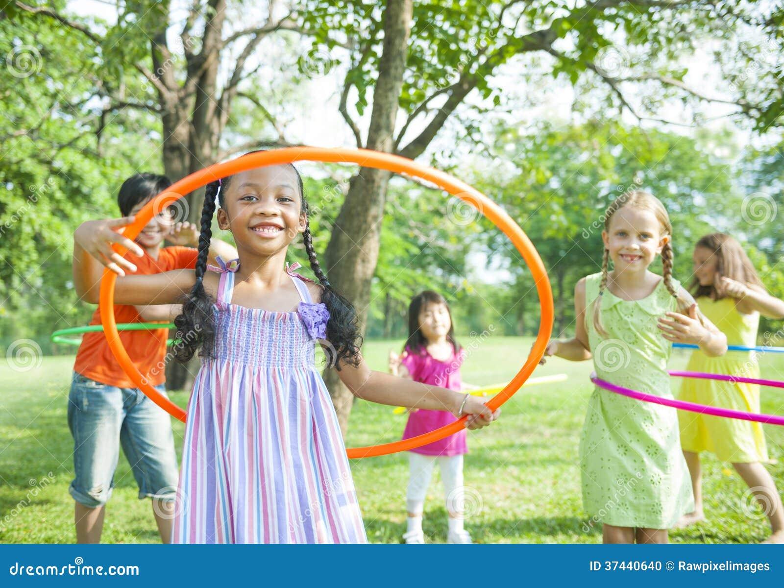 Enfants jouant avec des cercles de Hoola