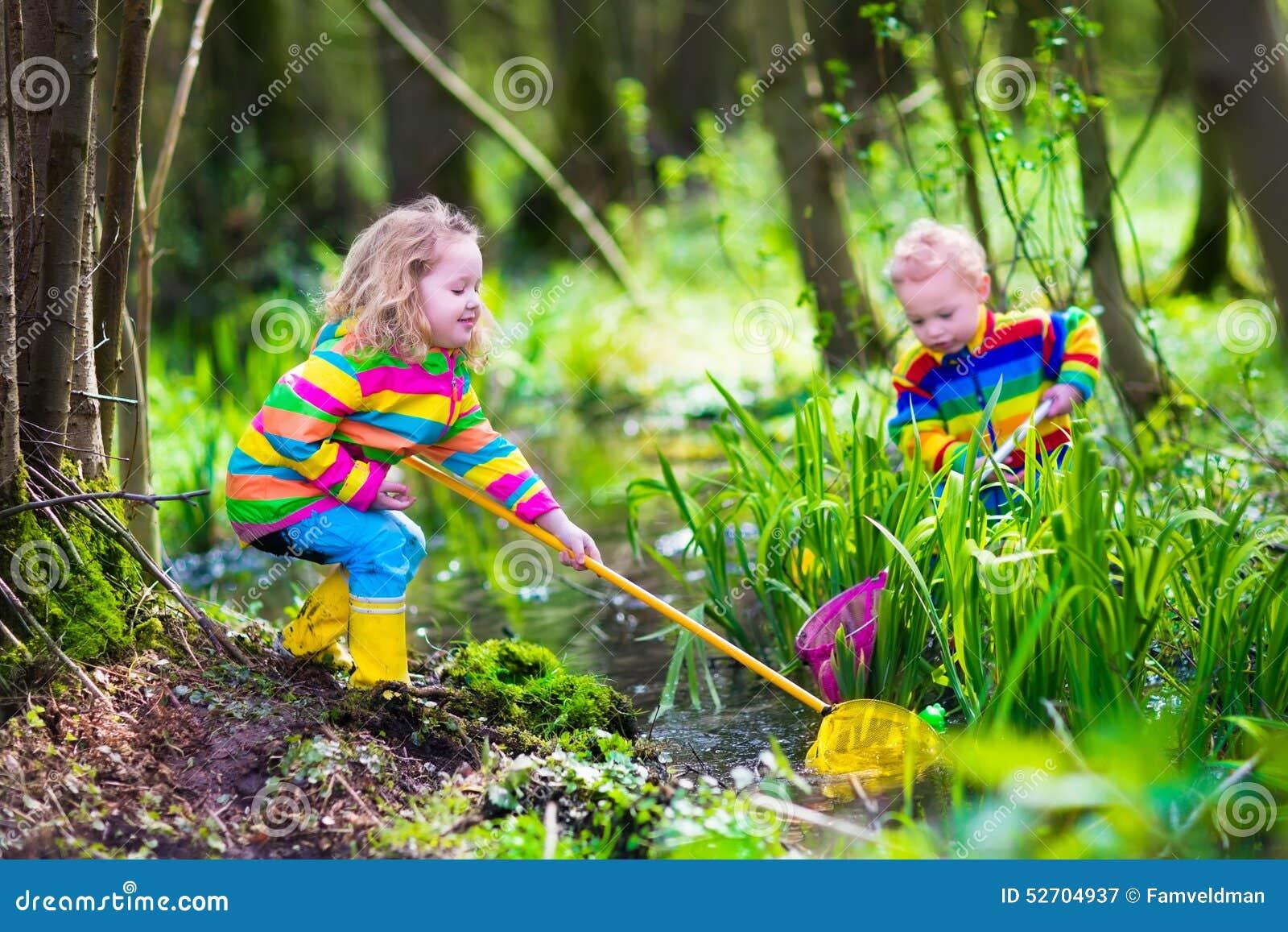 Enfants jouant avec la grenouille