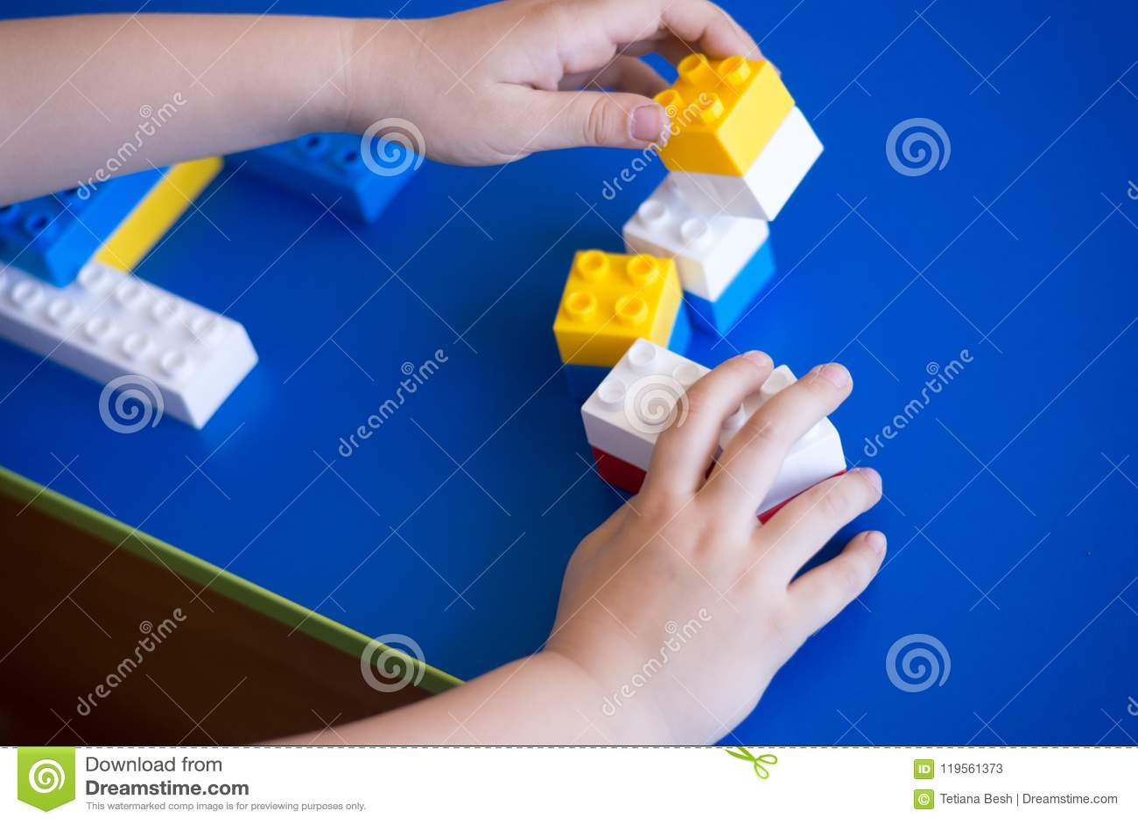 Enfants jouant avec le bloc, concept d éducation