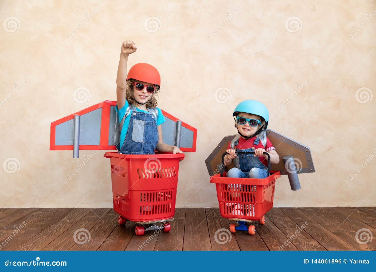 Enfants jouant avec le paquet de jet à la maison