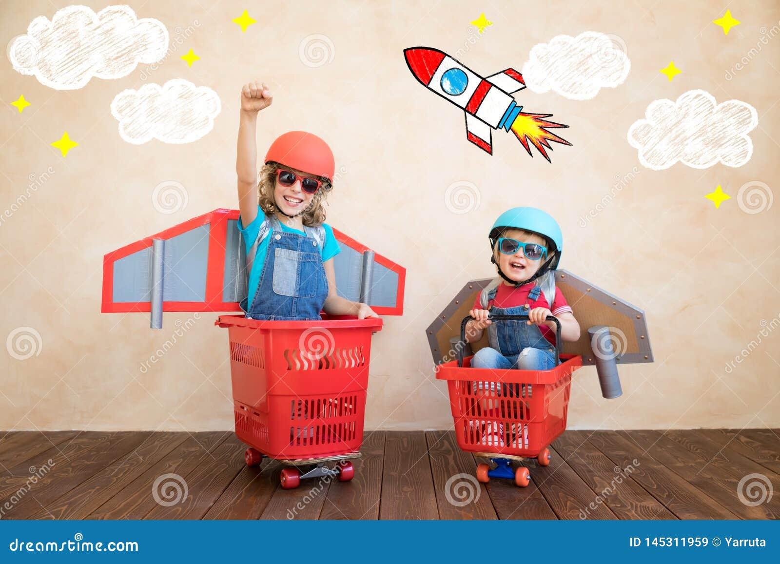 Enfants jouant avec le paquet de jet ? la maison
