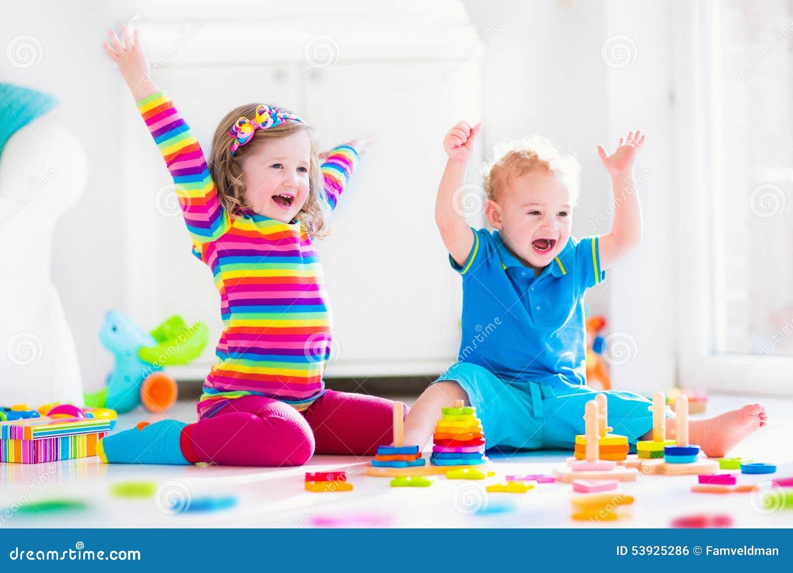 Enfants jouant avec les jouets en bois photo stock image - Jouet en bois enfant ...