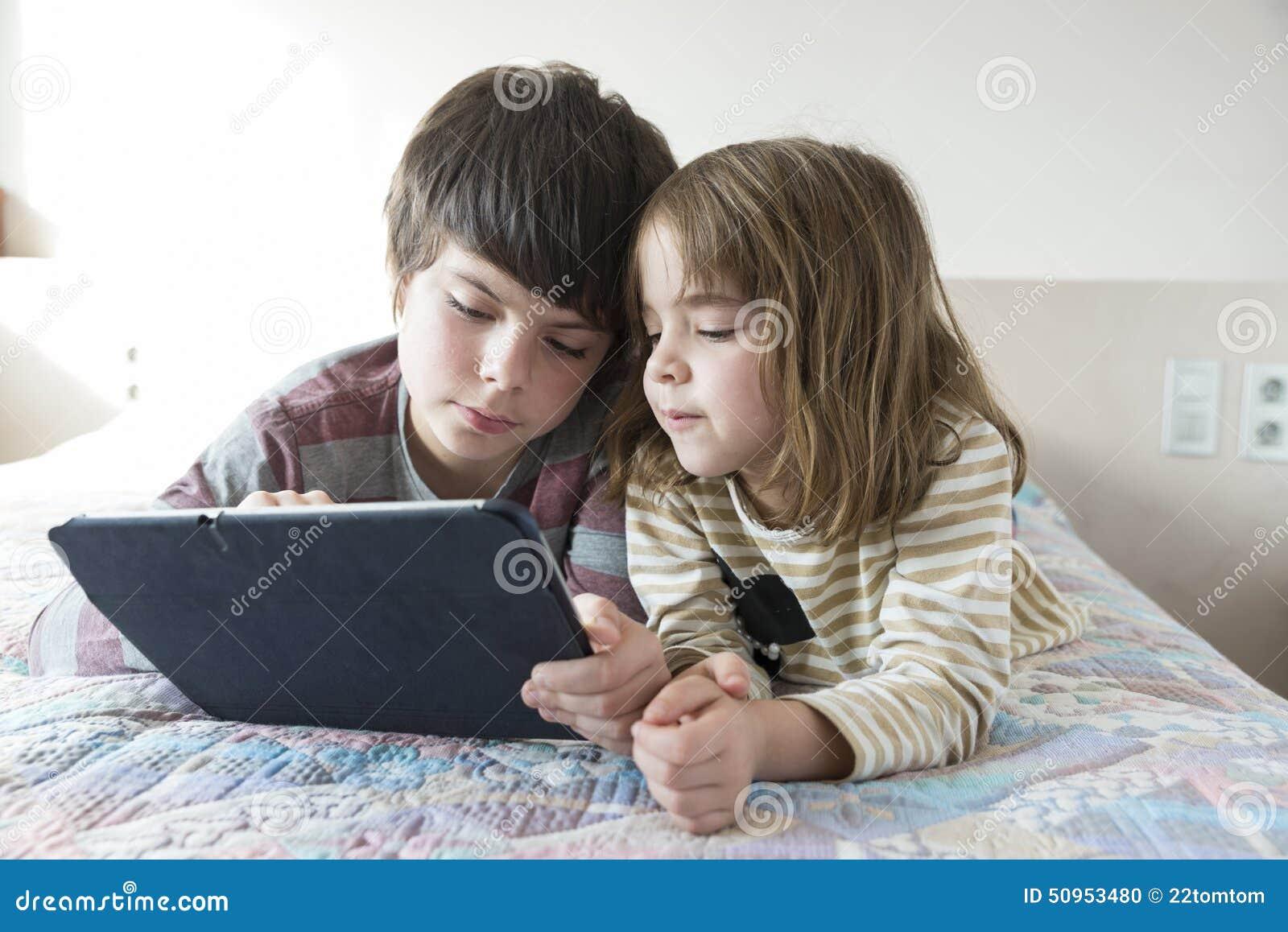 Enfants jouant avec un comprimé numérique