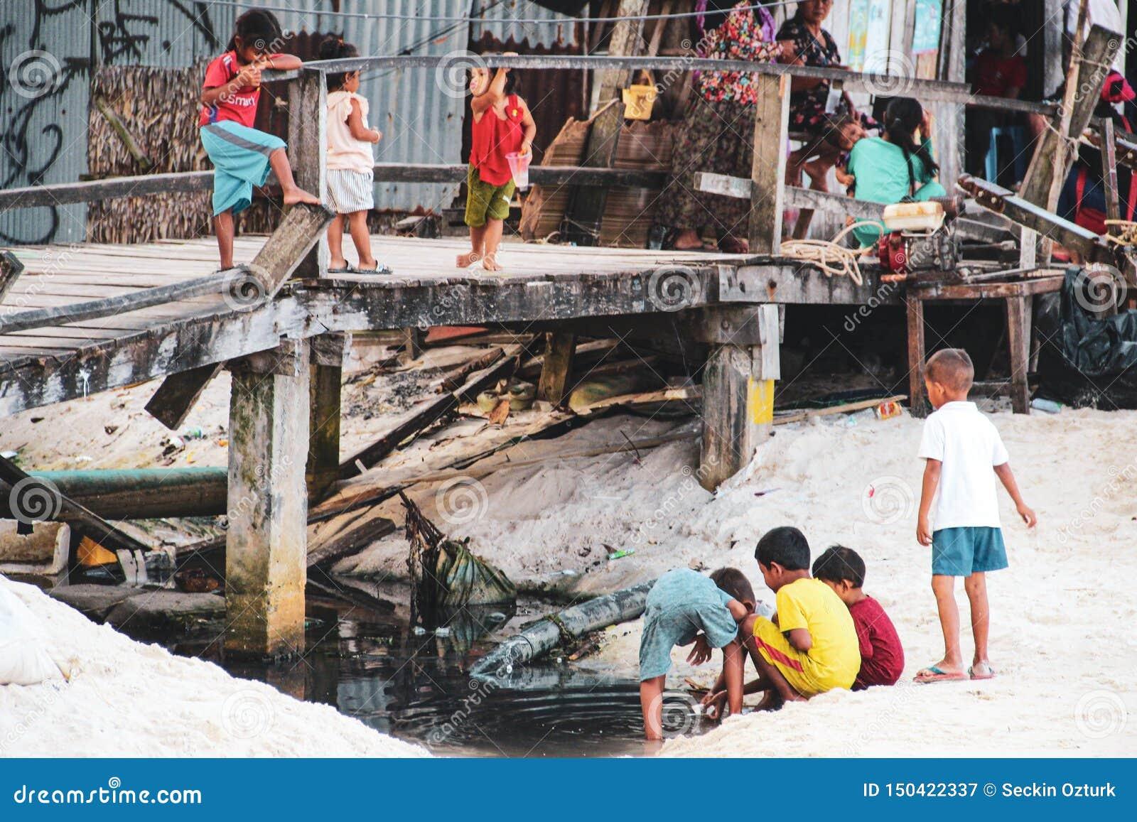 Enfants jouant dans l eau sale en Koh Rong